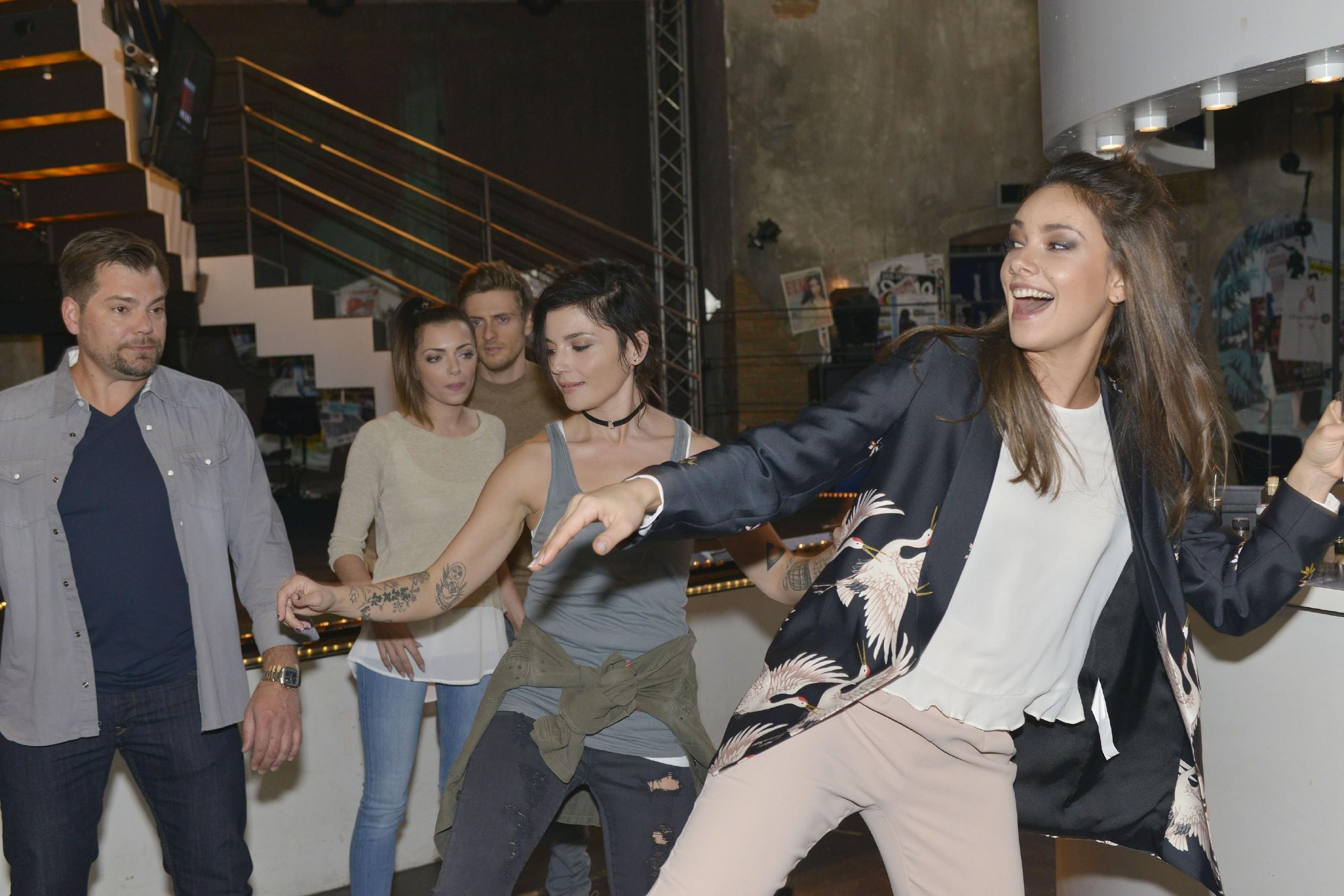 V.l.: Leon (Daniel Fehlow), Emily (Anne Menden), Philip (Jörn Schlönvoigt) und Anni (Linda Marlen Runge) sind von Jasmins (Janina Uhse) Idee, einen Last-Minute-Flashmob für die Hochzeit auf die Beine zu stellen, wenig begeistert. (Quelle: RTL / Rolf Baumgartner)