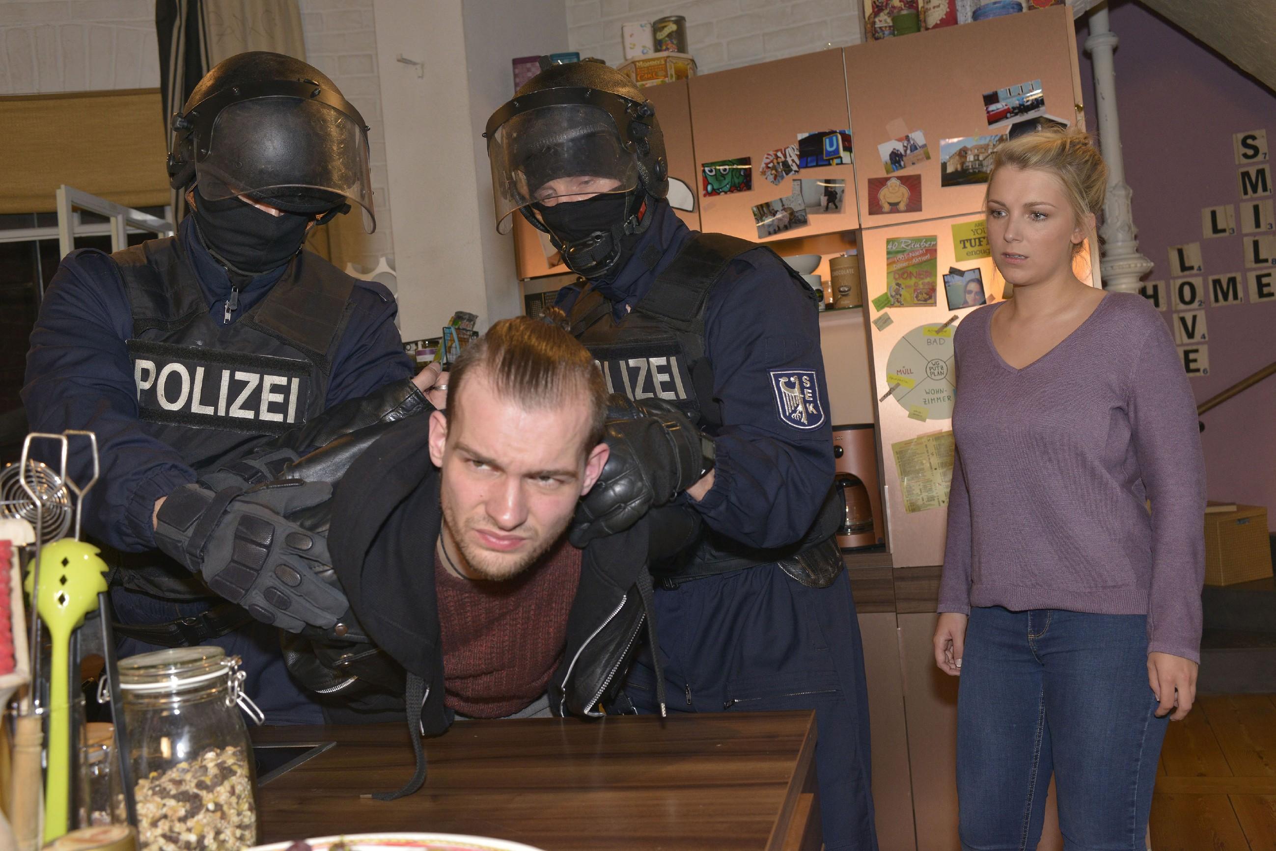 Chris (Eric Stehfest, l. vorne) wird vor den Augen der hilflosen Lilly (Iris Mareike Steen) vom SEK (Komparsen) in Gewahrsam genommen... (Quelle: RTL / Rolf Baumgartner)