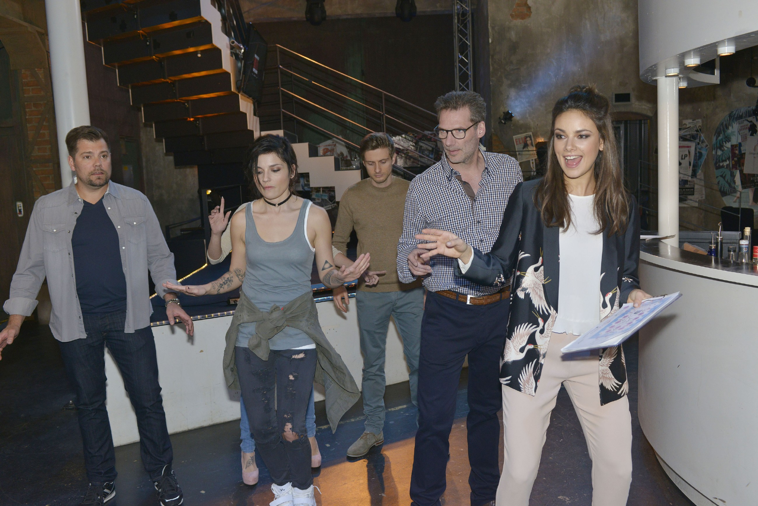 Jasmin (Janina Uhse, r.) versucht mit (v.l.) Leon (Daniel Fehlow), Anni (Linda Marlen Runge), Philip (Jörn Schlönvoigt) und Alexander (Clemens Löhr) einen Last-Minute-Flashmob für die Hochzeit auf die Beine zu stellen. Und scheitert kläglich... (Quelle: RTL / Rolf Baumgartner)