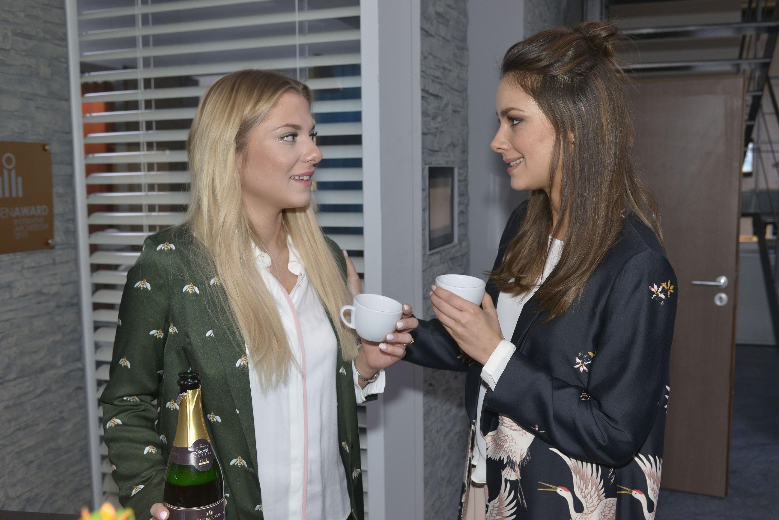 Sunny (Valentina Pahde, l.) versichert Jasmin (Janina Uhse), dass sie auch ohne Hochzeits-Überraschungen eine tolle Trauzeugin ist. (Quelle: RTL / Rolf Baumgartner)