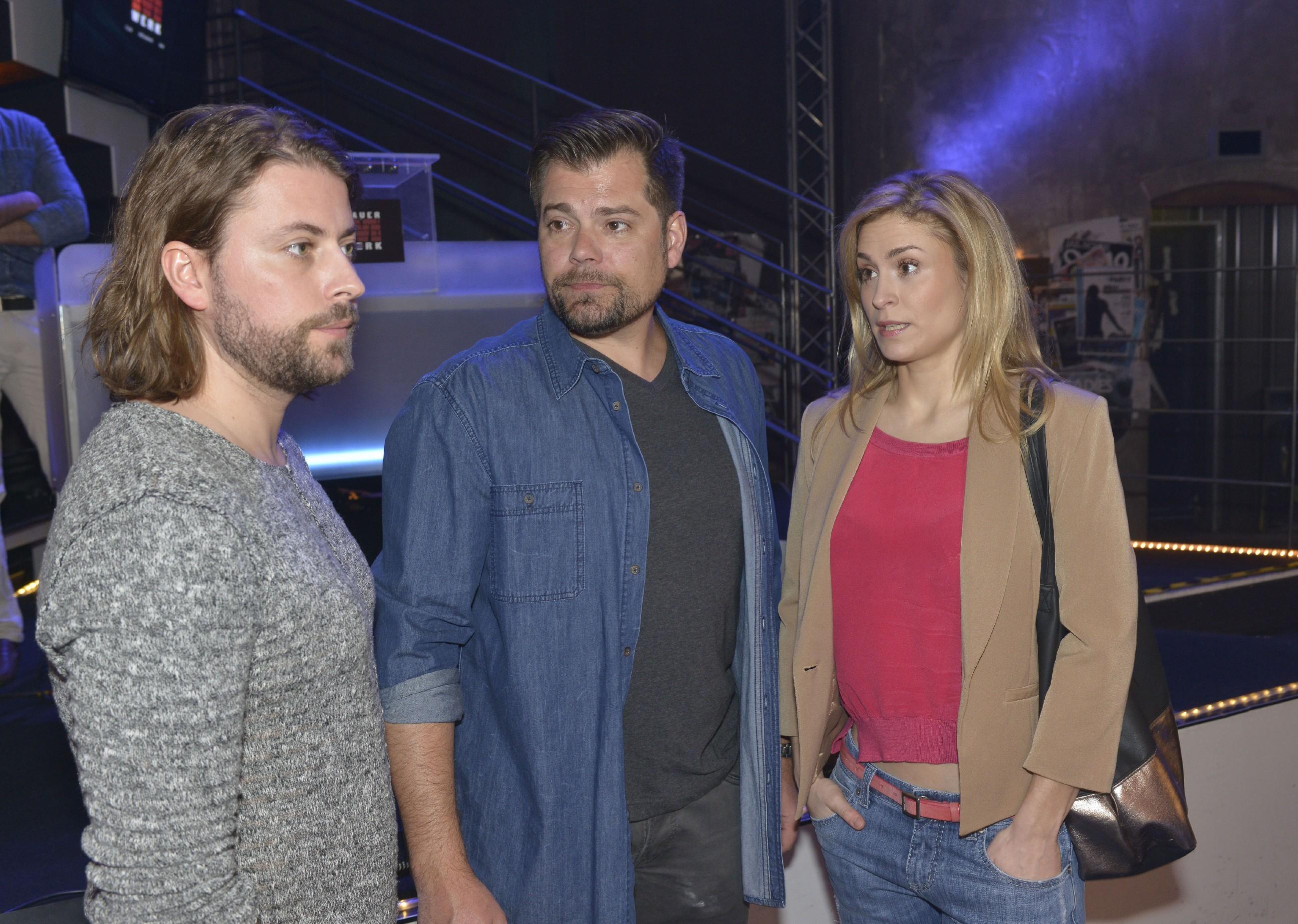 Sophie (Lea Marlen Woitack) bekommt mit, dass sich John (Felix von Jascheroff, l.) und Leon (Daniel Fehlow) Sorgen um die Zukunft des Mauerwerks machen. (Quelle: RTL / Rolf Baumgartner)