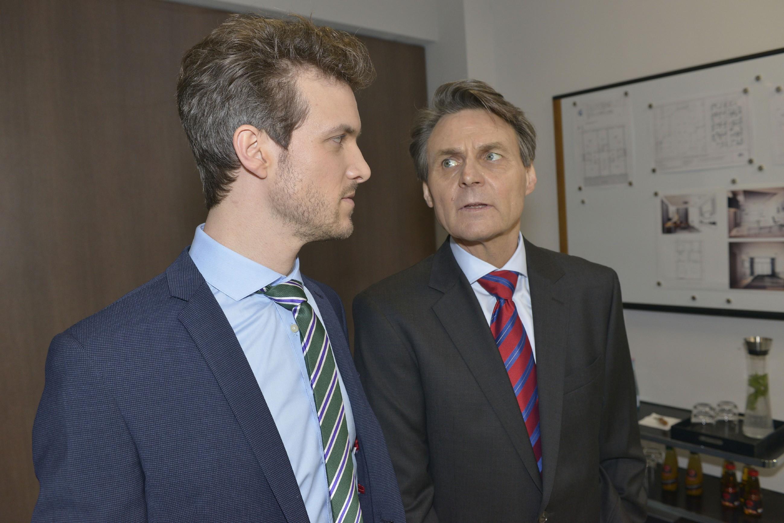 Gerner (Wolfgang Bahro, r.) schärft Felix (Thaddäus Meilinger) ein, in seiner Abwesenheit die Nerven zu behalten. (Quelle: RTL / Rolf Baumgartner)