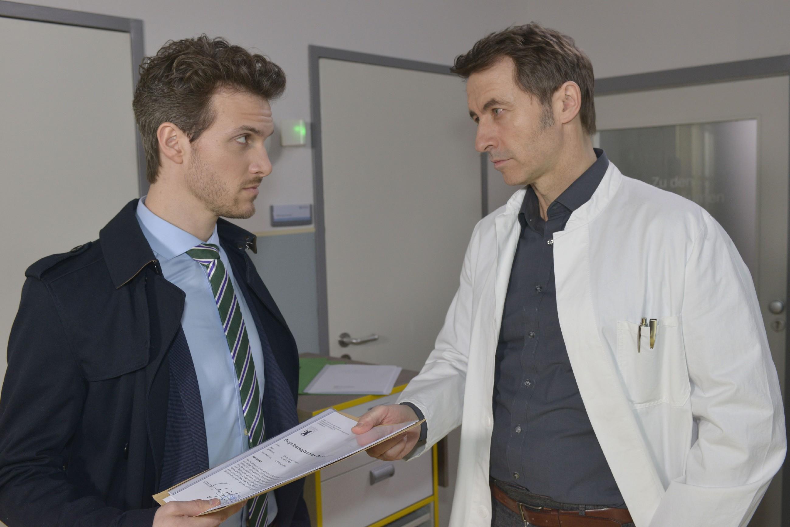 Um die Kontrolle über Chris zu behalten, sucht Felix (Thaddäus Meilinger, l.) das Gespräch mit Dr. Martin Wolf (Guido Broscheit). (Quelle: RTL / Rolf Baumgartner)