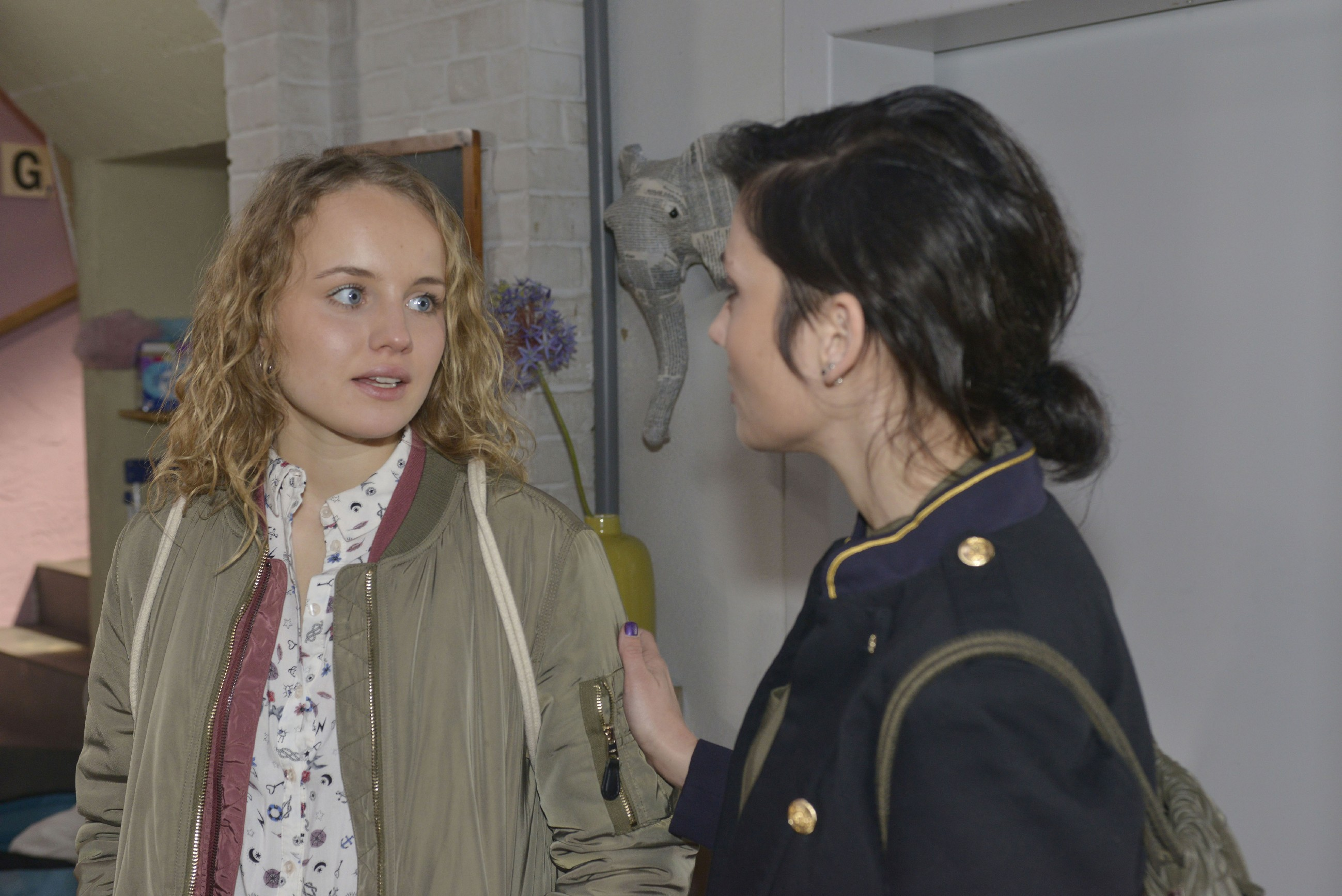 Anni (Linda Marlen Runge, r.) erkennt, dass Jule (Luise von Finckh) offenbar doch noch an Tuner hängt. (Quelle: RTL / Rolf Baumgartner)