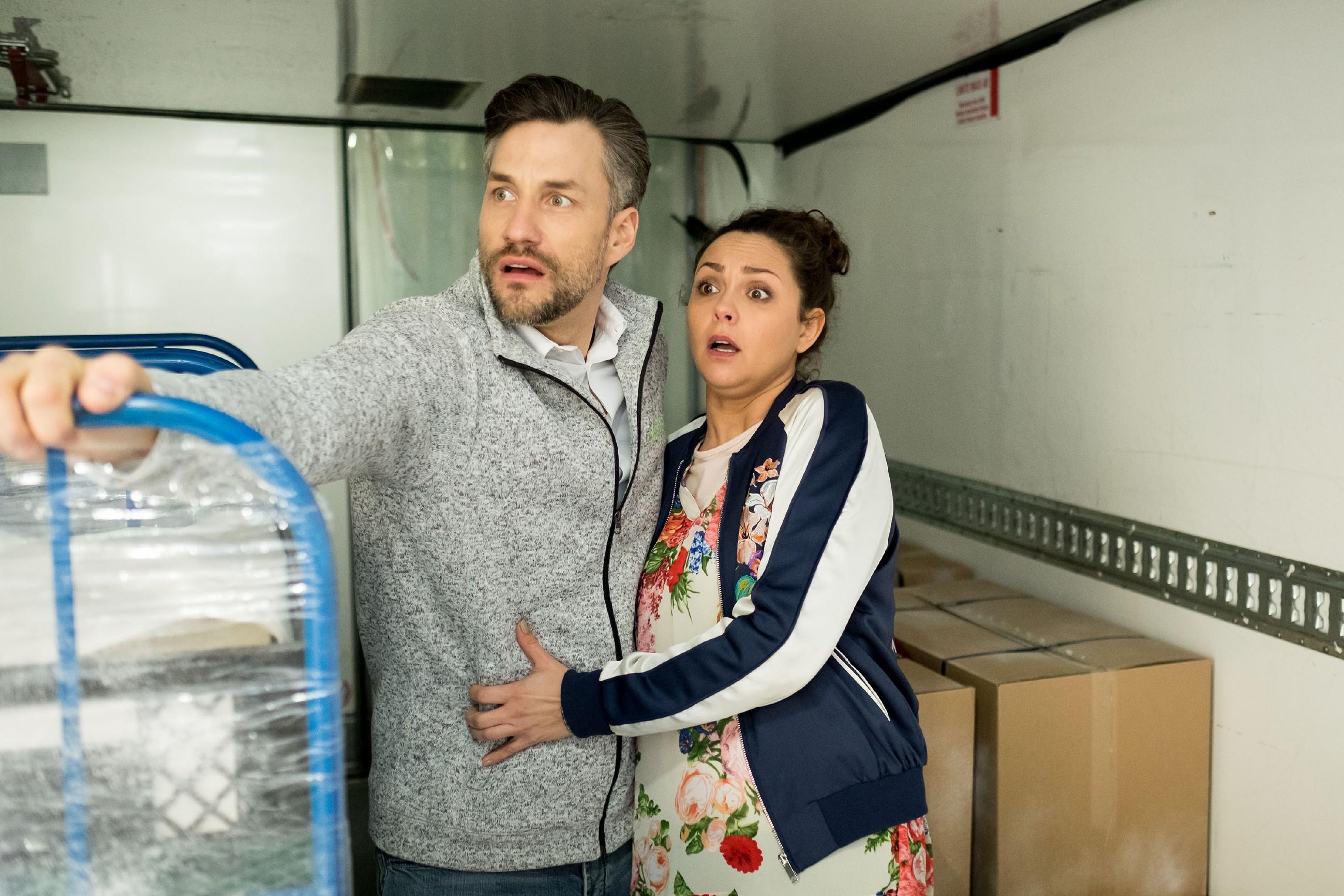 Malte (Stefan Bockelmann) und Caro (Ines Kurenbach) werden versehentlich im Kühlwagen eingesperrt... (Quelle: RTL / Stefan Behrens)