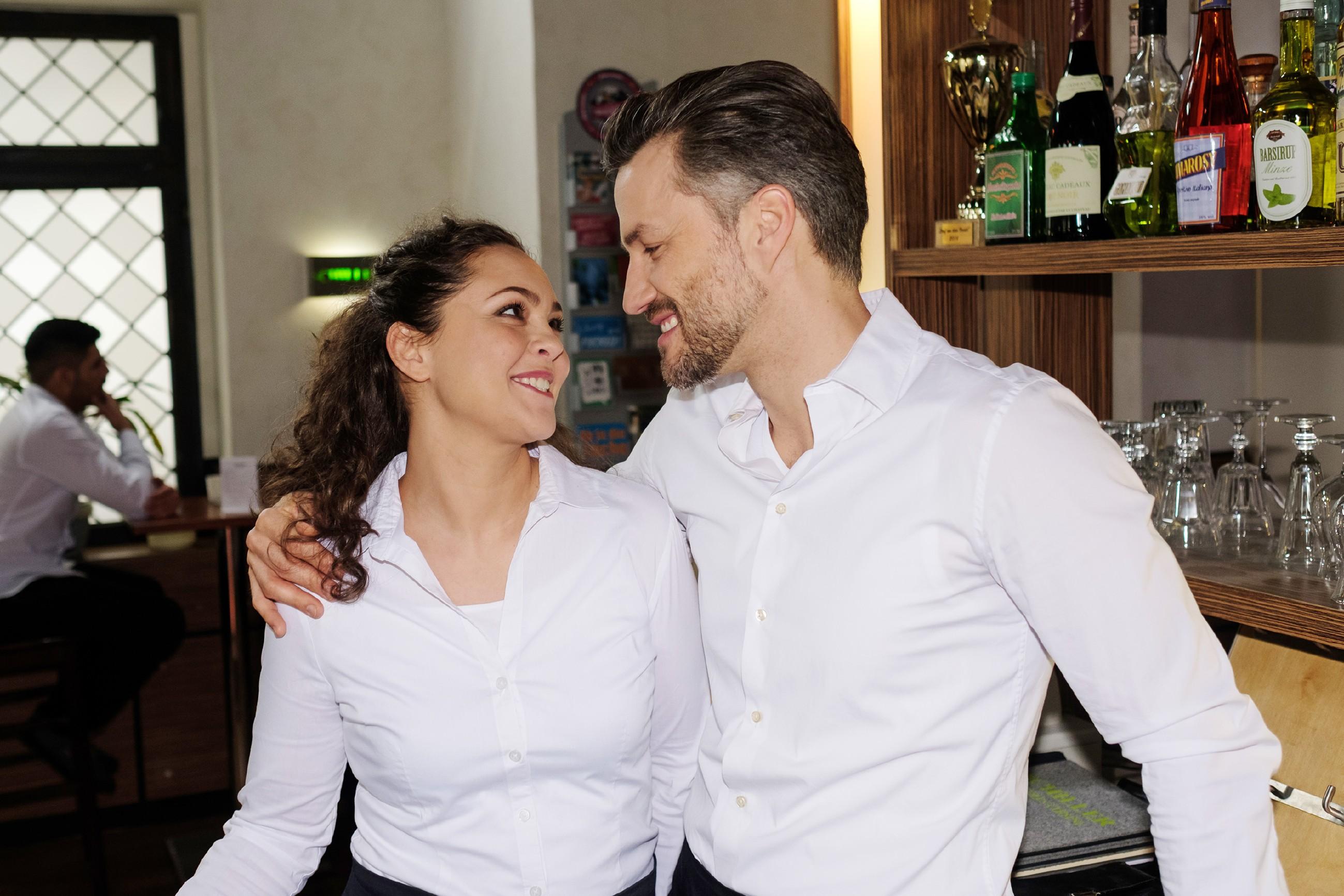 Caro (Ines Kurenbach) ist überglücklich, sich mit Malte (Stefan Bockelmann) versöhnt zu haben. (Quelle: RTL / Stefan Behrens)
