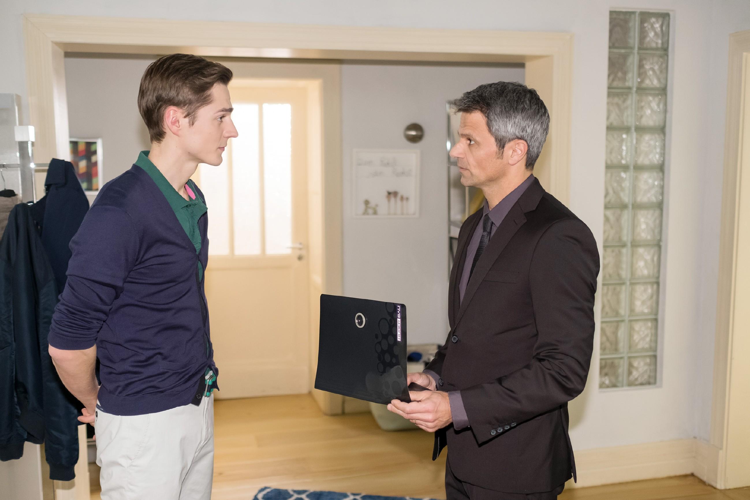 Benedikt (Jens Hajek, r.) ist irritiert, als der unter Druck stehende Ringo (Timothy Boldt) seinen Arbeitsvertrag kündigt. (Quelle: RTL / Stefan Behrens)