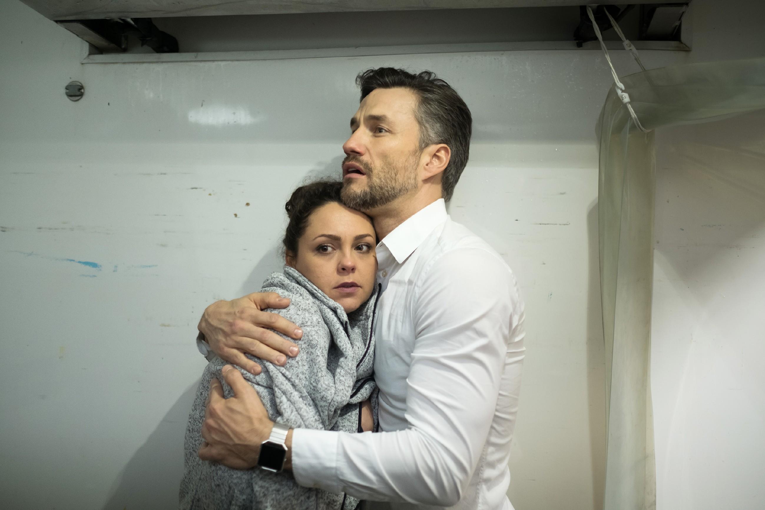 Caro (Ines Kurenbach) und Malte (Stefan Bockelmann) sind im Kühllaster gefangen und versuchen alles, um sich warm zu halten, doch Caros Kräfte schwinden... (Quelle: RTL / Stefan Behrens)