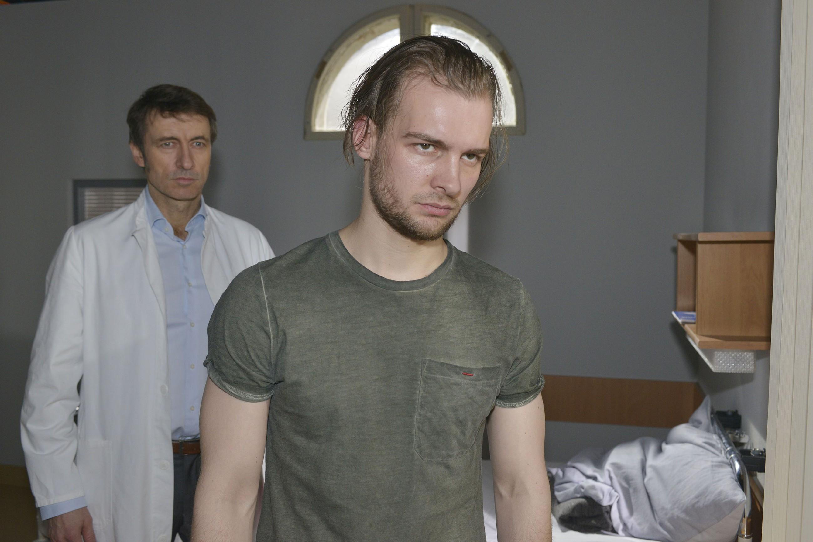 Chris (Eric Stehfest, r.) will sich von Dr. Wolf (Guido Broscheid) nicht länger schikanieren lassen... (Quelle: RTL / Rolf Baumgartner)