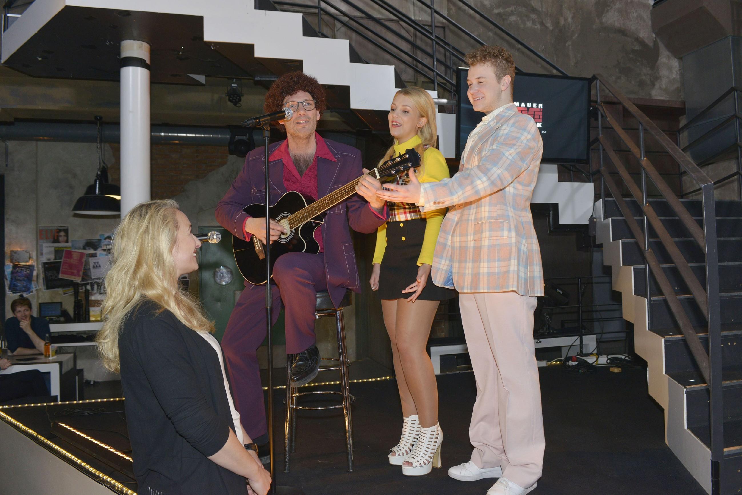 Alexander (Clemens Löhr, 2.v.l.), Lilly (Iris Mareike Steen, 2.v.r.) und Jonas (Felix van Deventer) überraschen Maren (Eva Mona Rodekirchen) zu ihrem Geburtstag mit einem selbst komponierten Song. (Quelle: RTL / Rolf Baumgartner)
