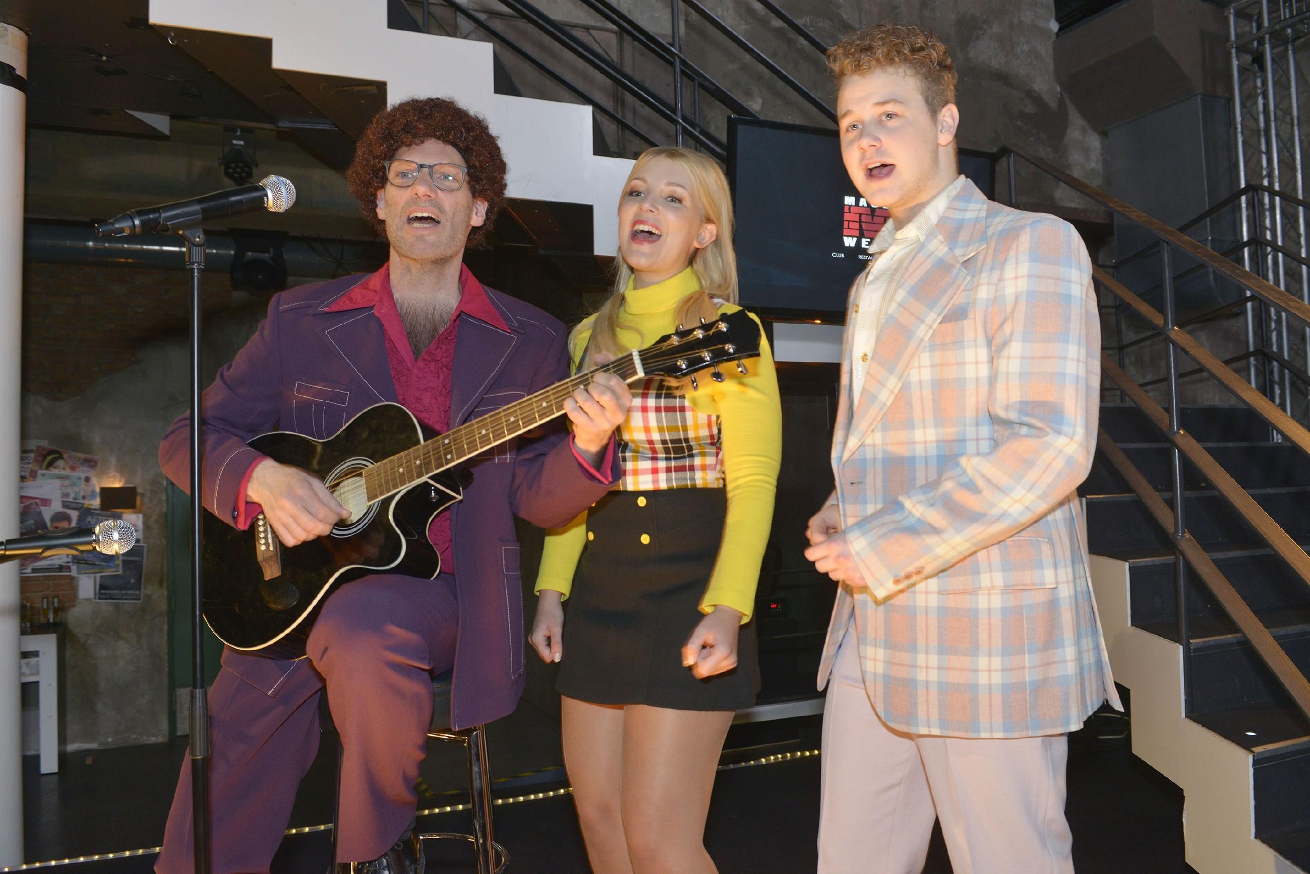 Alexander (Clemens Löhr, l.), Lilly (Iris Mareike Steen) und Jonas (Felix van Deventer) überraschen Maren zu ihrem Geburtstag mit einem selbst komponierten Song. (Quelle: RTL / Rolf Baumgartner)