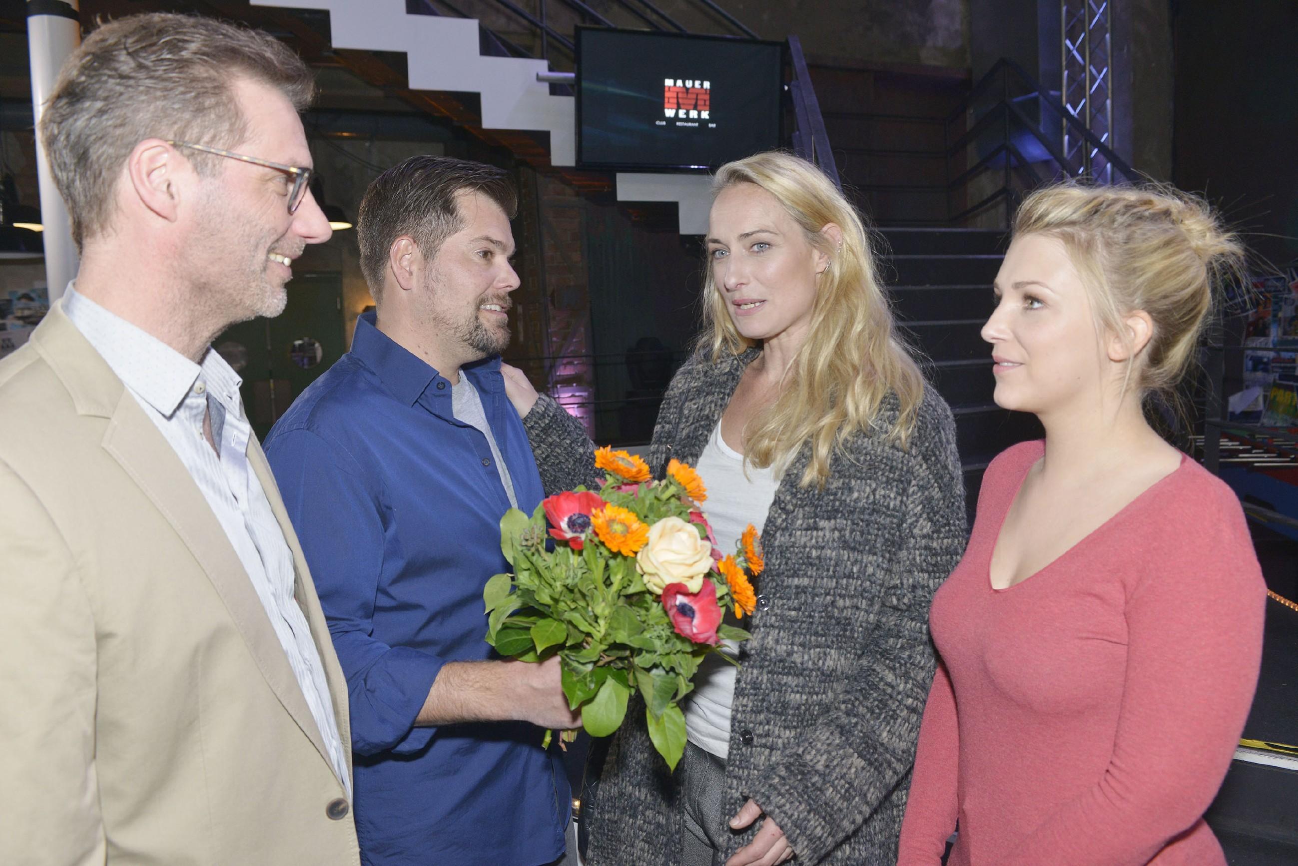 Alexander (Clemens Löhr, l.), Leon (Daniel Fehlow) und Lilly (Iris Mareike Steen, r.) freuen sich, Maren (Eva Mona Rodekirchen) an ihrem Geburtstag zu überraschen. (Quelle: RTL / Rolf Baumgartner)