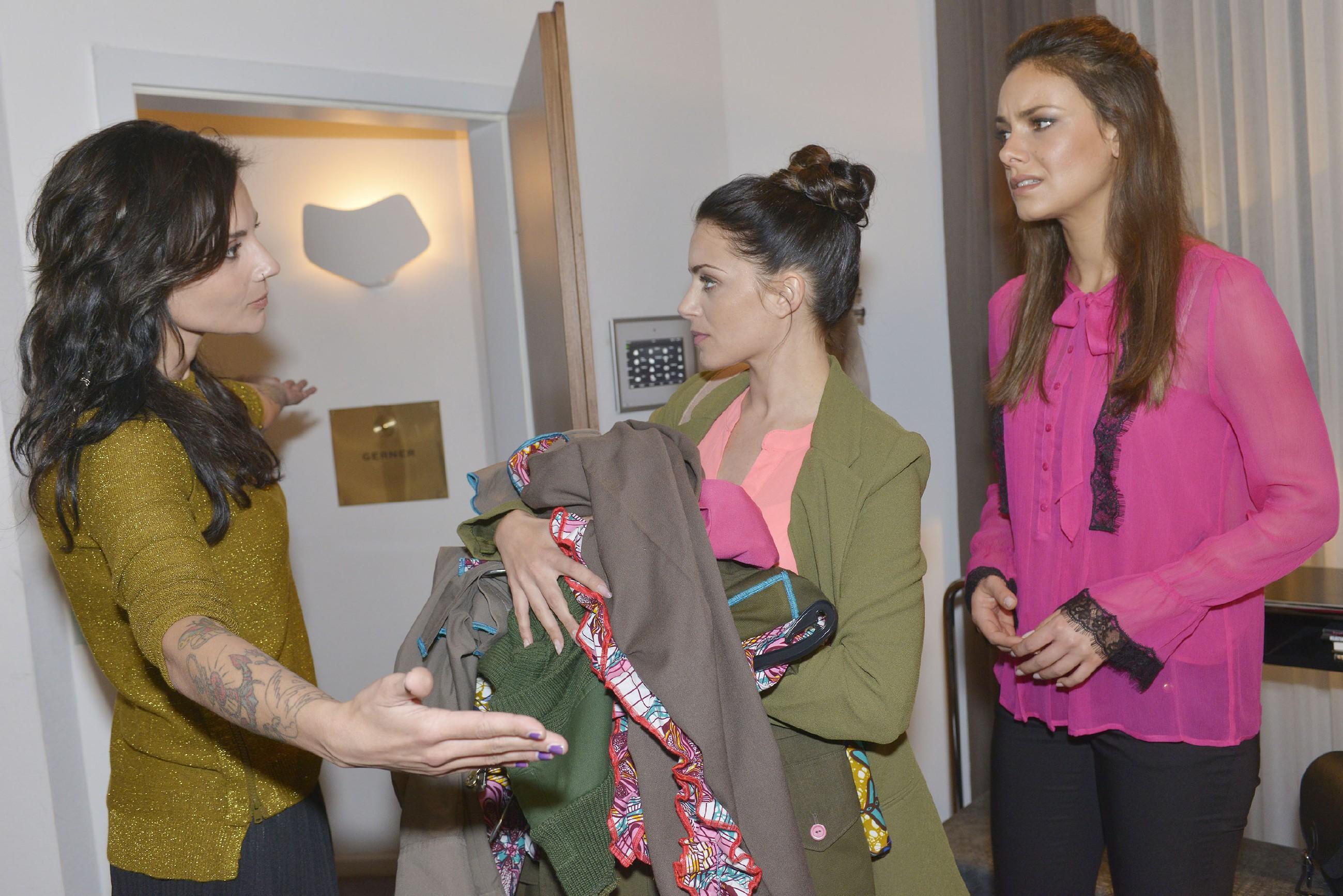 Anni (Linda Marlen Runge, l.) weist Emily (Anne Menden, M.), stellvertretend für Jasmin (Janina Uhse), in die Schranken. (Quelle: RTL / Rolf Baumgartner)