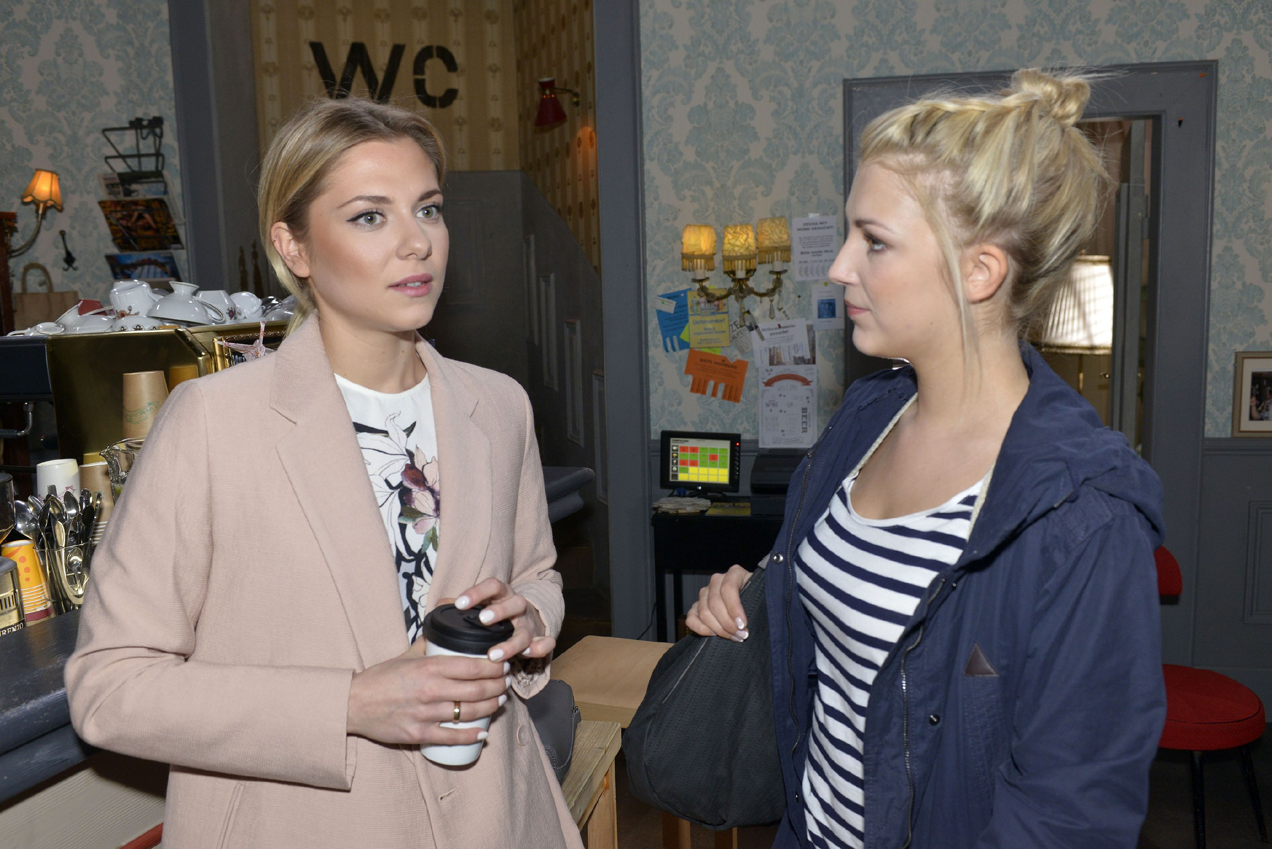 Noch glauben Lilly (Iris Mareike Steen, r.) und Sunny (Valentina Pahde), dass Chris in guten Händen ist und sich auf dem Weg der Besserung befindet. (Quelle: RTL / Rolf Baumgartner)