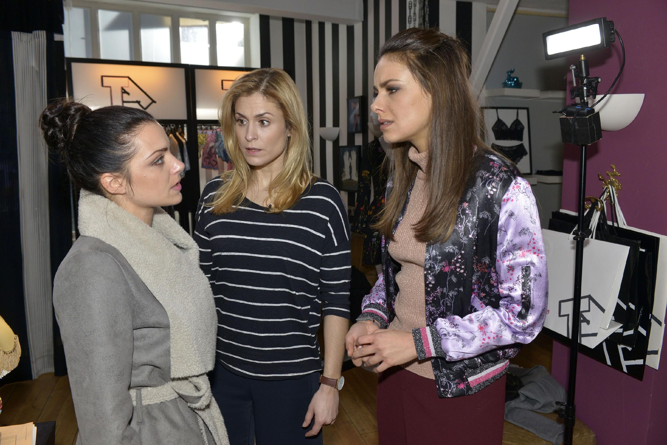 Sophie (Lea Marlen Woitack, M.) kann nicht verhindern, dass der Streit zwischen Emily (Anne Menden, l.) und Jasmin (Janina Uhse) eskaliert, weil Emily sich von Jasmin im Stich gelassen fühlt. (Quelle: RTL / Rolf Baumgartner)