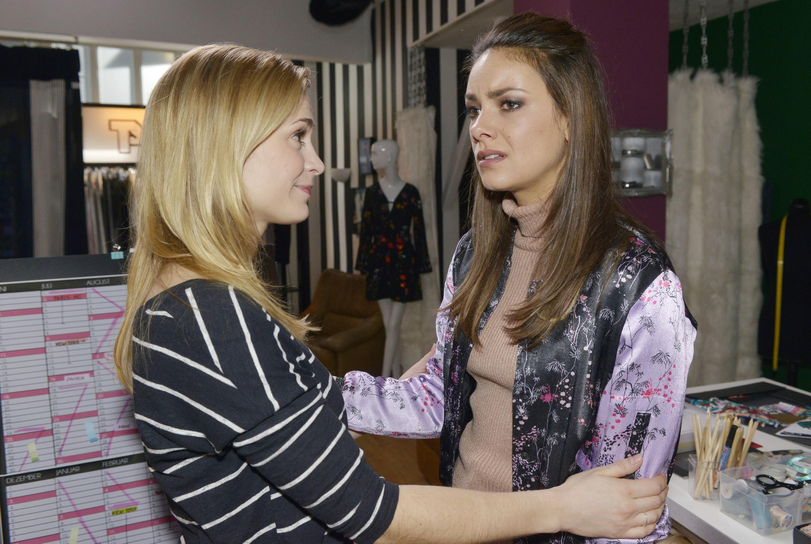Sophie (Lea Marlen Woitack, l.) spürt, dass Jasmin (Janina Uhse) das Jobangebot sehr wichtig ist. Doch nun muss sie eine Entscheidung treffen... (Quelle: RTL / Rolf Baumgartner)
