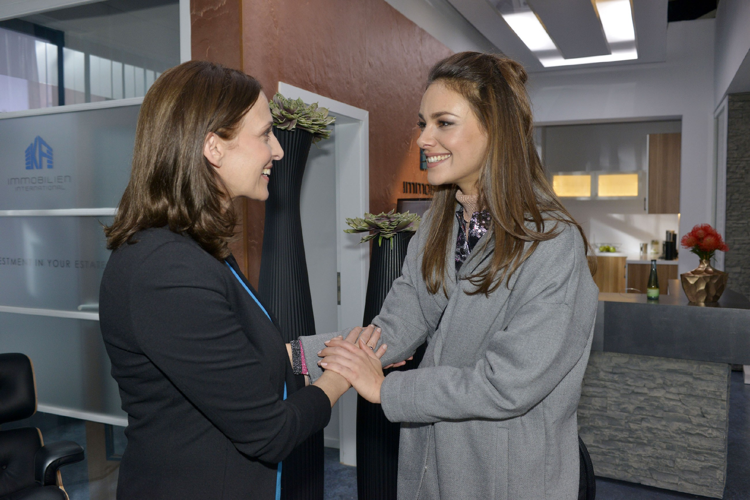 Katrin (Ulrike Frank, l.) freut sich, dass Jasmin (Janina Uhse) das tolle Jobangebot angenommen hat. (Quelle: RTL / Rolf Baumgartner)