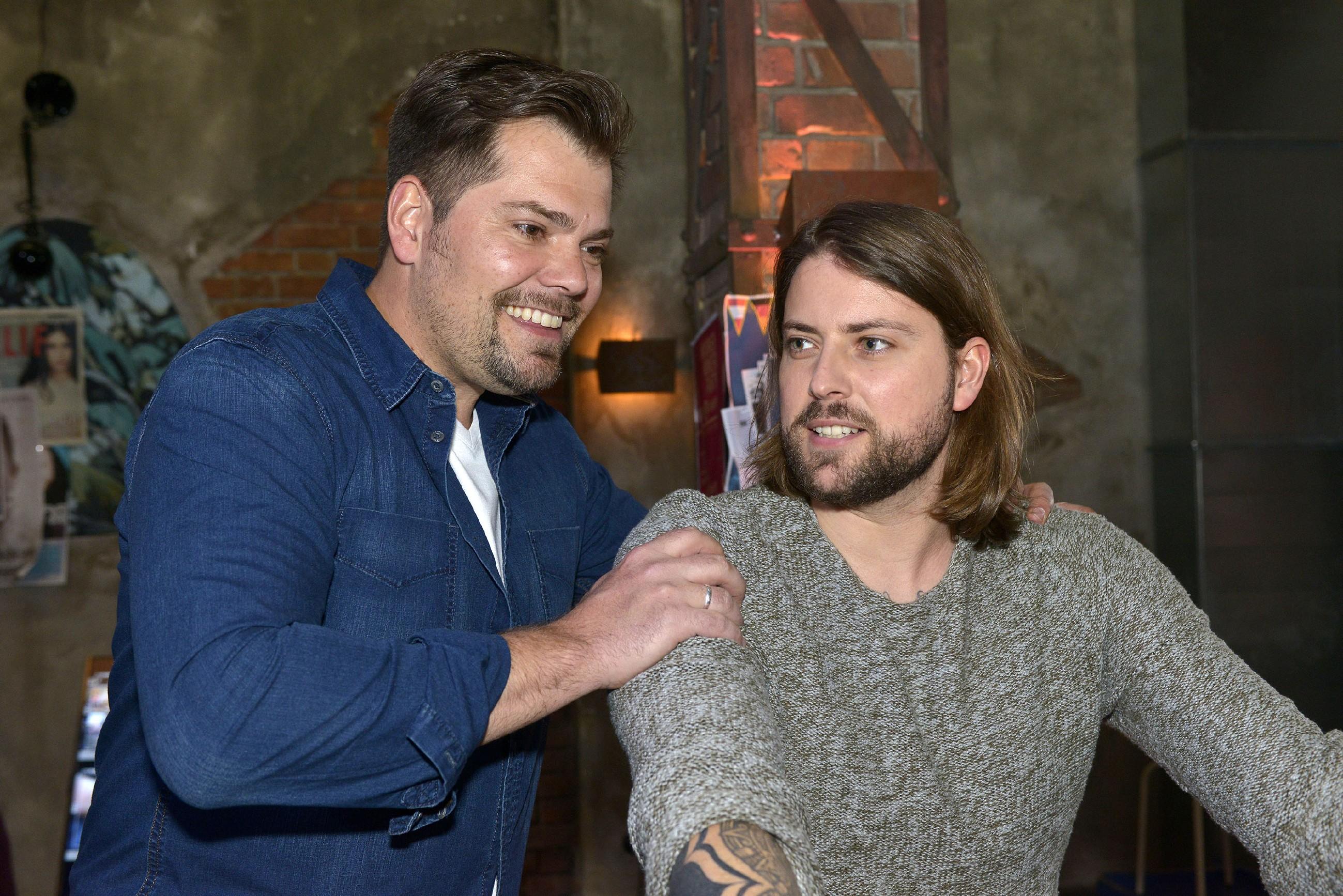 Leon (Daniel Fehlow, l.) und John (Felix von Jascheroff) sind voller Hoffnung, dass sie das Mauerwerk retten können. (Quelle: RTL / Rolf Baumgartner)
