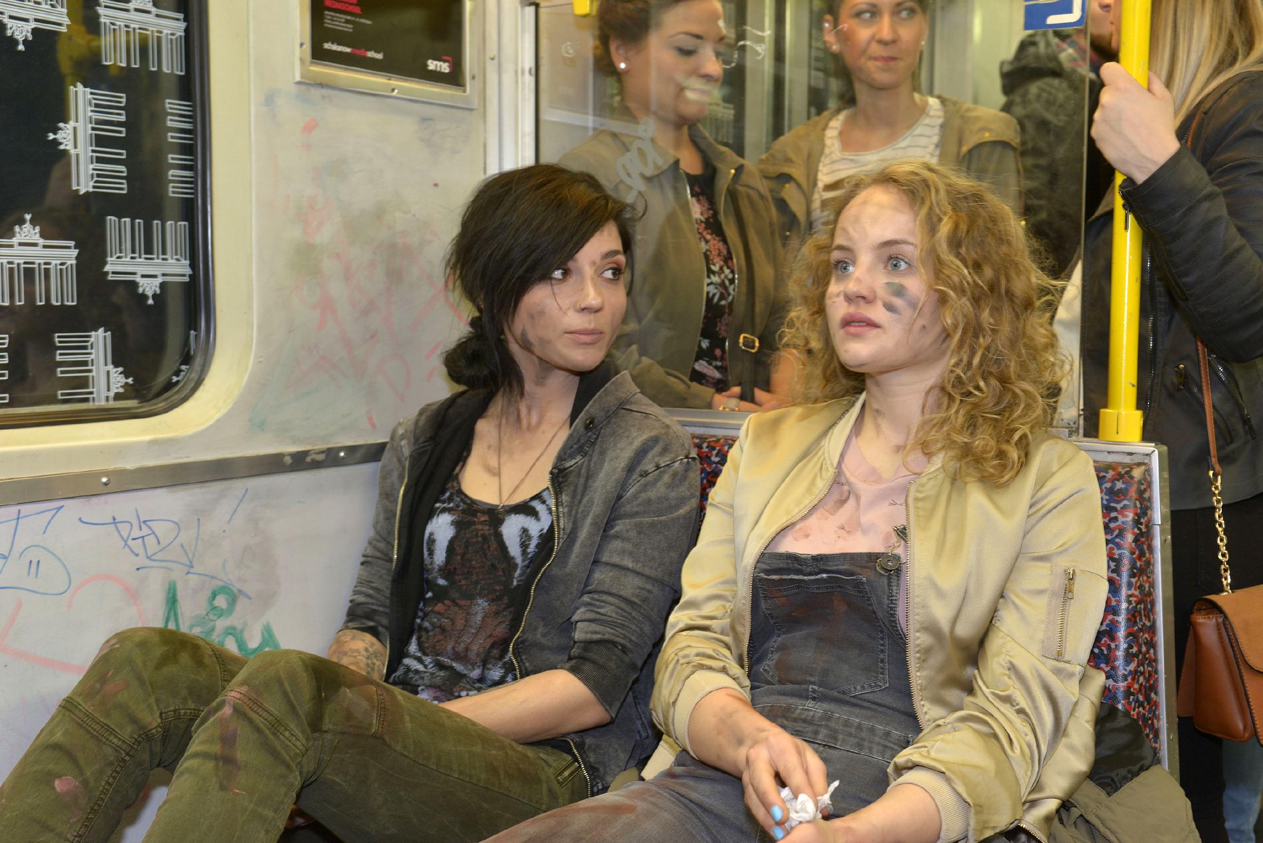 Nachdem sie ihre Schwester unversehrt gefunden hat, muss Anni (Linda Marlen Runge, l.) sich eingestehen, dass Jule (Luise von Finckh) ihr in den letzten Monaten sehr ans Herz gewachsen ist... (Quelle: RTL / Rolf Baumgartner)