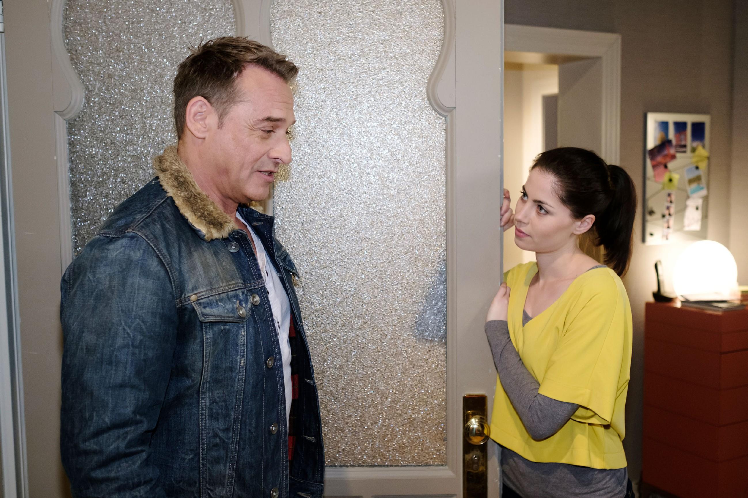 Rufus (Kai Noll) bittet Sina (Valea Scalabrino) um Hilfe, um seine Panikattacken zu bekämpfen. (Quelle: RTL / Stefan Behrens)