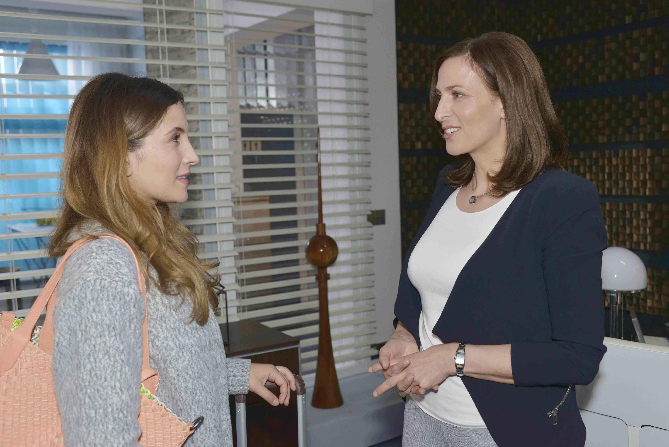 Als Katrin (Ulrike Frank, r.) begreift, dass Laura (Chryssanthi Kavazi) gerade weder Job noch Bleibe hat, bietet sie spontan ihre Hilfe an. (Quelle: RTL / Rolf Baumgartner)
