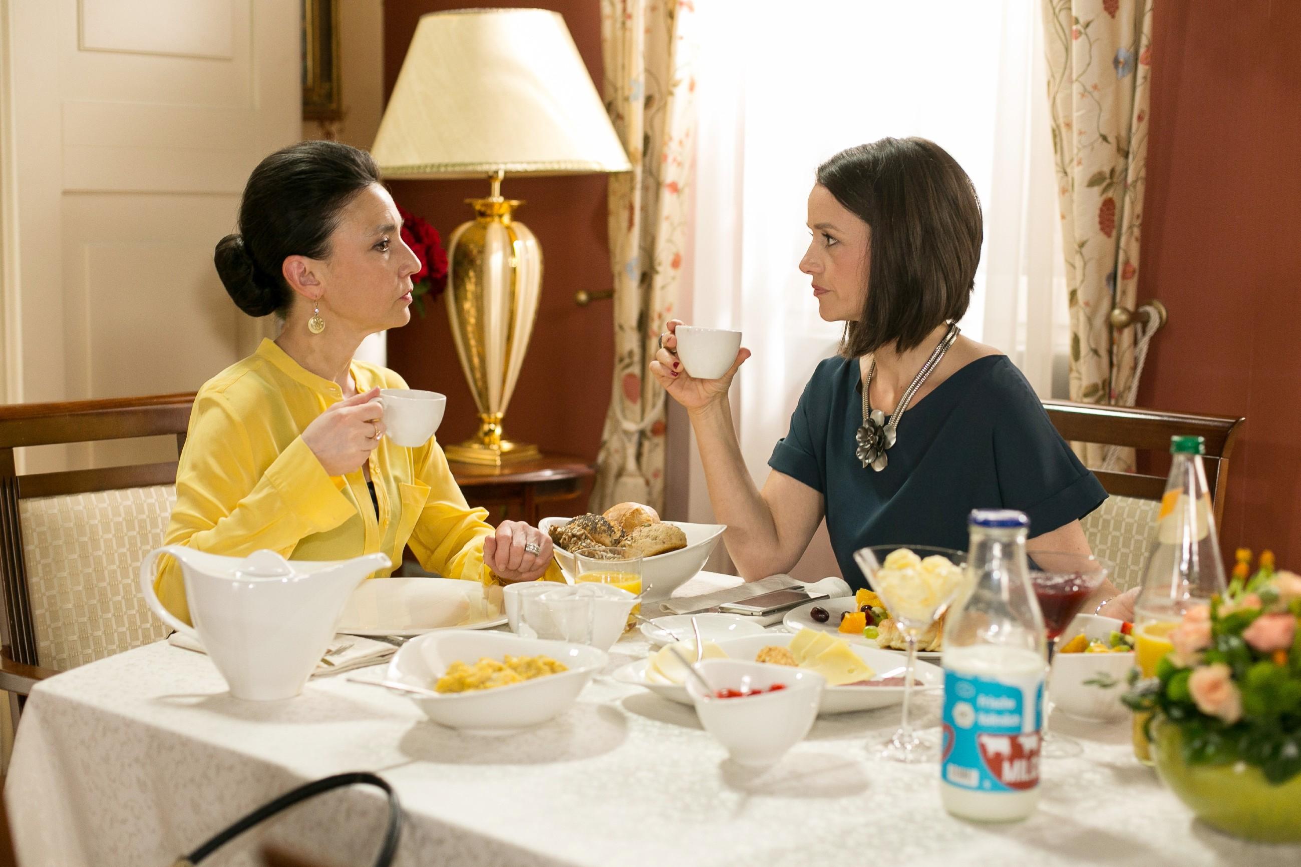 Jenny (Kaja Schmidt-Tychsen, r.) begreift, dass Simone (Tatjana Clasing) und Richard sich nicht versöhnt haben. (Quelle: Foto: RTL / Kai Schulz)