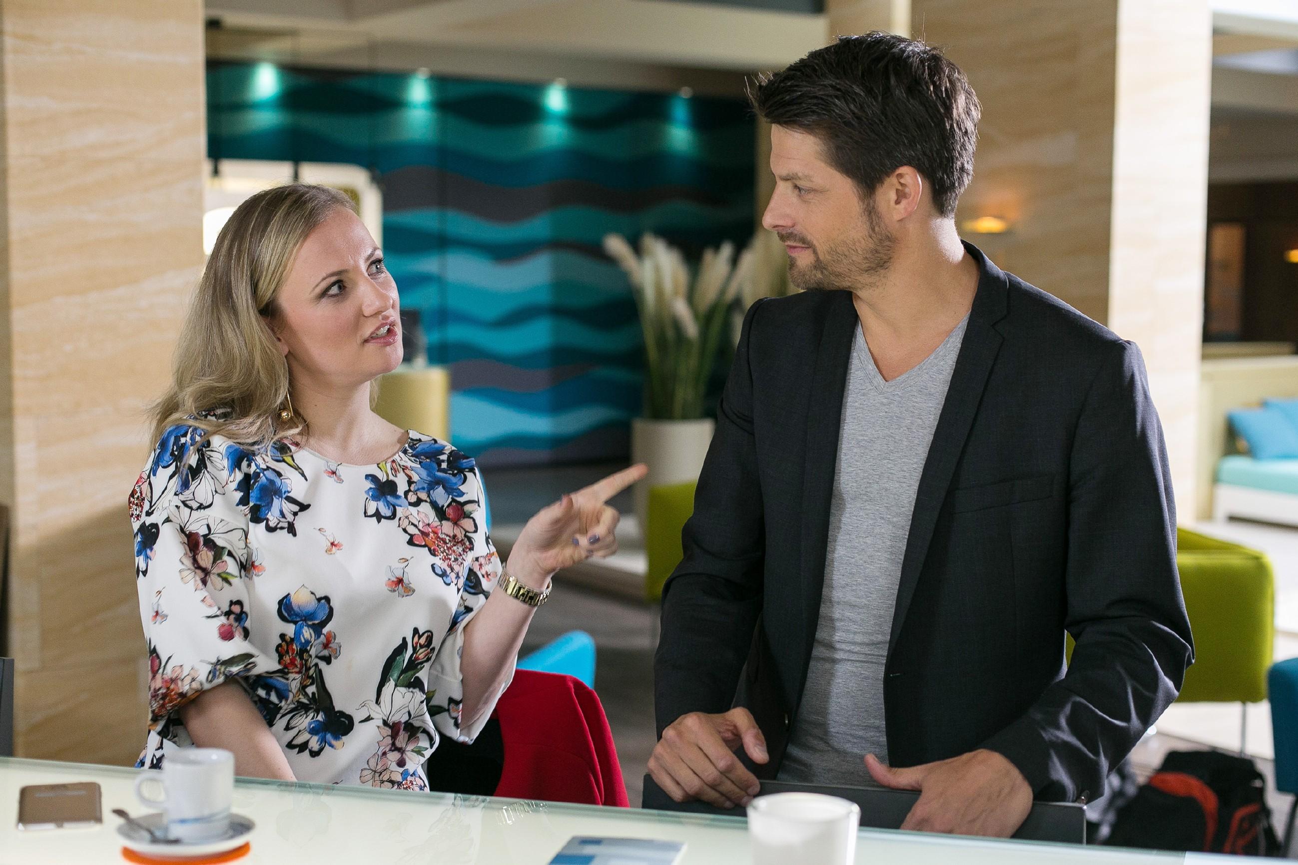 Vincent (Daniel Buder) will Deniz' Absage nicht hinnehmen und spannt geschickt Isabelle (Ania Niedieck) für seine Zwecke ein, um Sponsor werden. (Quelle: Foto: RTL / Kai Schulz)
