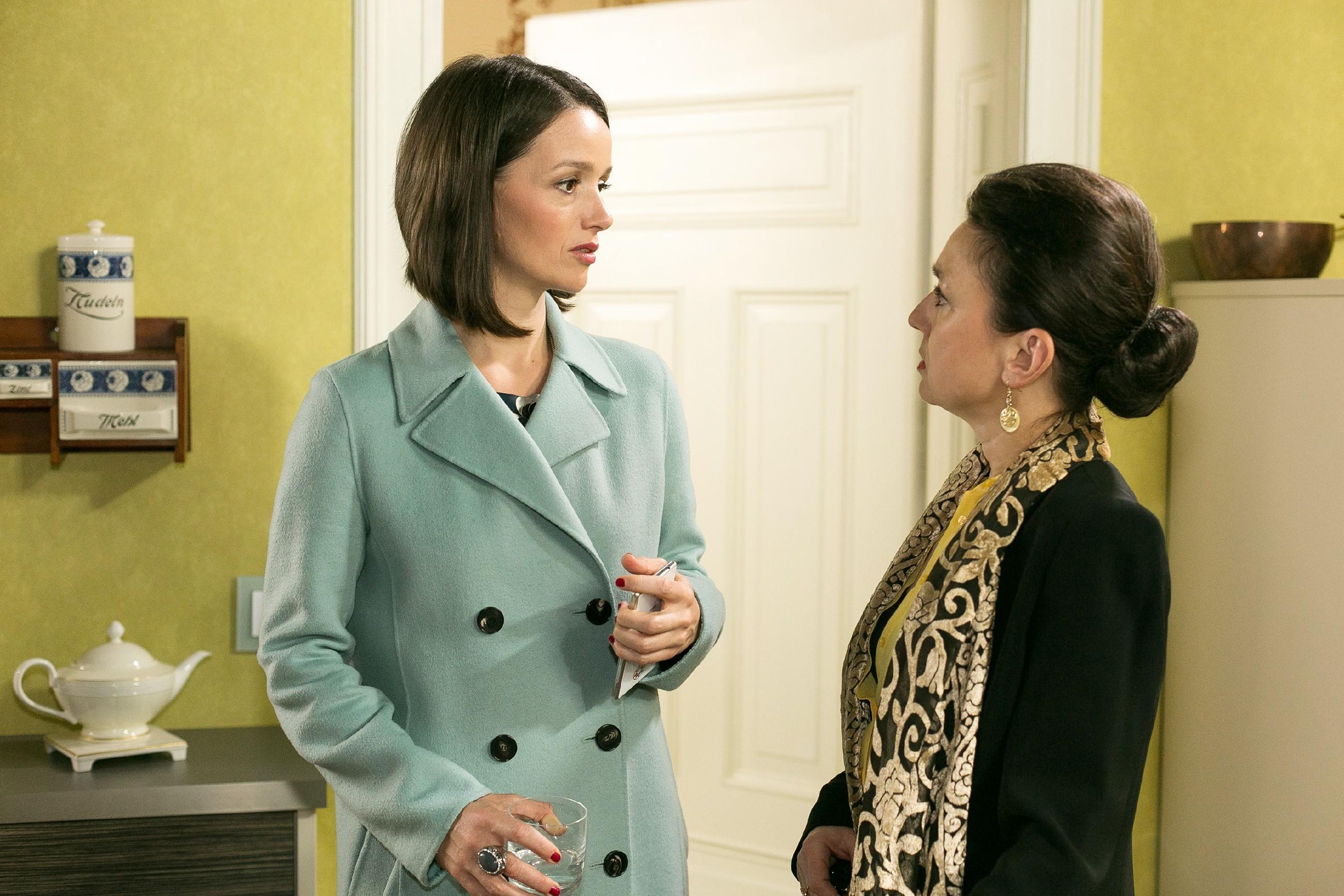 Simone (Tatjana Clasing, r.) verteidigt vor Jenny (Kaja Schmidt-Tychsen) ihre Trennung von Richard. (Quelle: Foto: RTL / Kai Schulz)