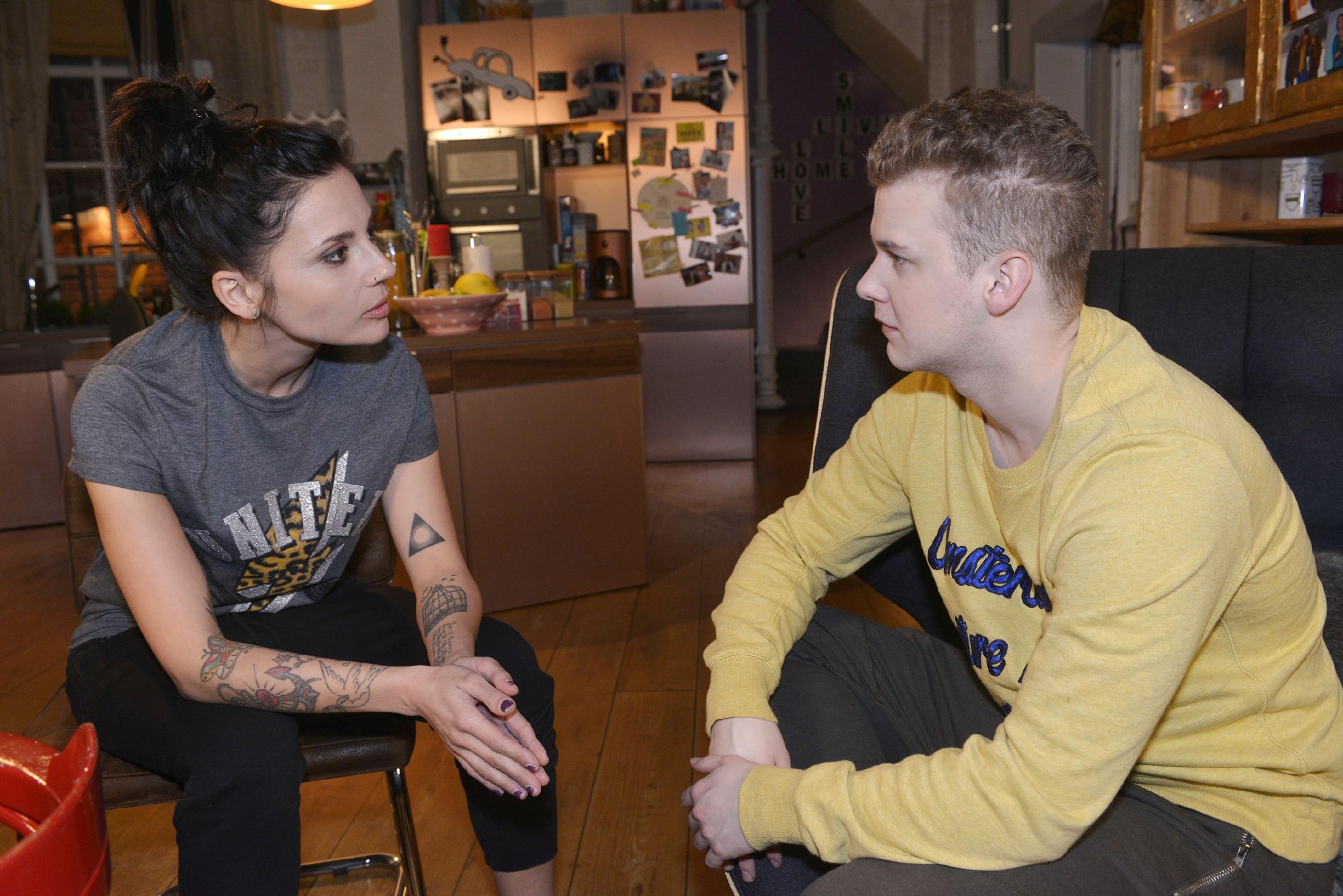 Anni (Linda Marlen Runge) hofft, dass Jonas (Felix van Deventer) bald aus der WG auszieht, zumal auch Pauls Rückkehr ansteht. (Quelle: RTL / Rolf Baumgartner)