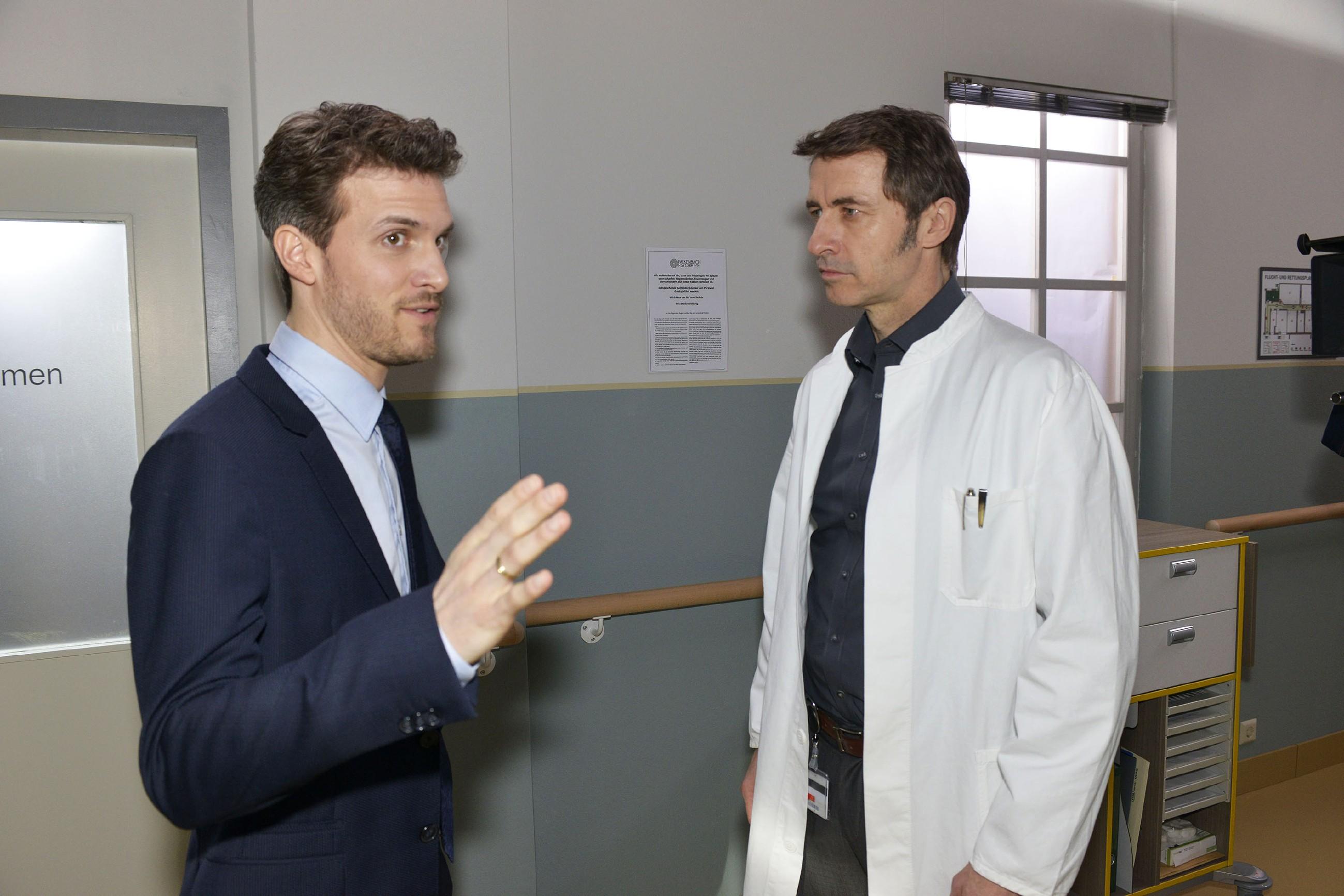 Felix (Thaddäus Meilinger, l.) versucht das Vertrauen von Dr. Martin Wolf (Guido Broscheit) zu gewinnen, um seinen Plan bezüglich Chris umzusetzen. (Quelle: RTL / Rolf Baumgartner)