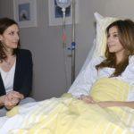 Katrins (Ulrike Frank, l.) abweisende Haltung Laura (Chryssanthi Kavazi) gegenüber weicht auf, als sie diese hilflos im Krankenhaus sieht. (Quelle: RTL / Rolf Baumgartner)