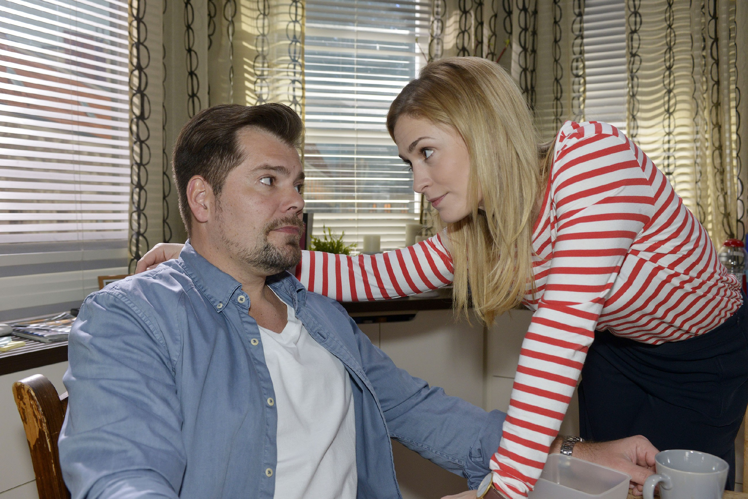 Sophie (Lea Marlen Woitack) hofft, dass Leon (Daniel Fehlow) und John ihre Differenzen klären können. (Quelle: RTL / Rolf Baumgartner)