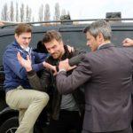 In einer waghalsigen Aktion versuchen Ringo (Timothy Boldt, l.) und Benedikt (Jens Hajek, r.) gemeinsam, Opitz` Handlanger Langer (Robert Ritter) zu überwältigen und den Kronzeugen zu schützen... (Quelle: RTL / Stefan Behrens)