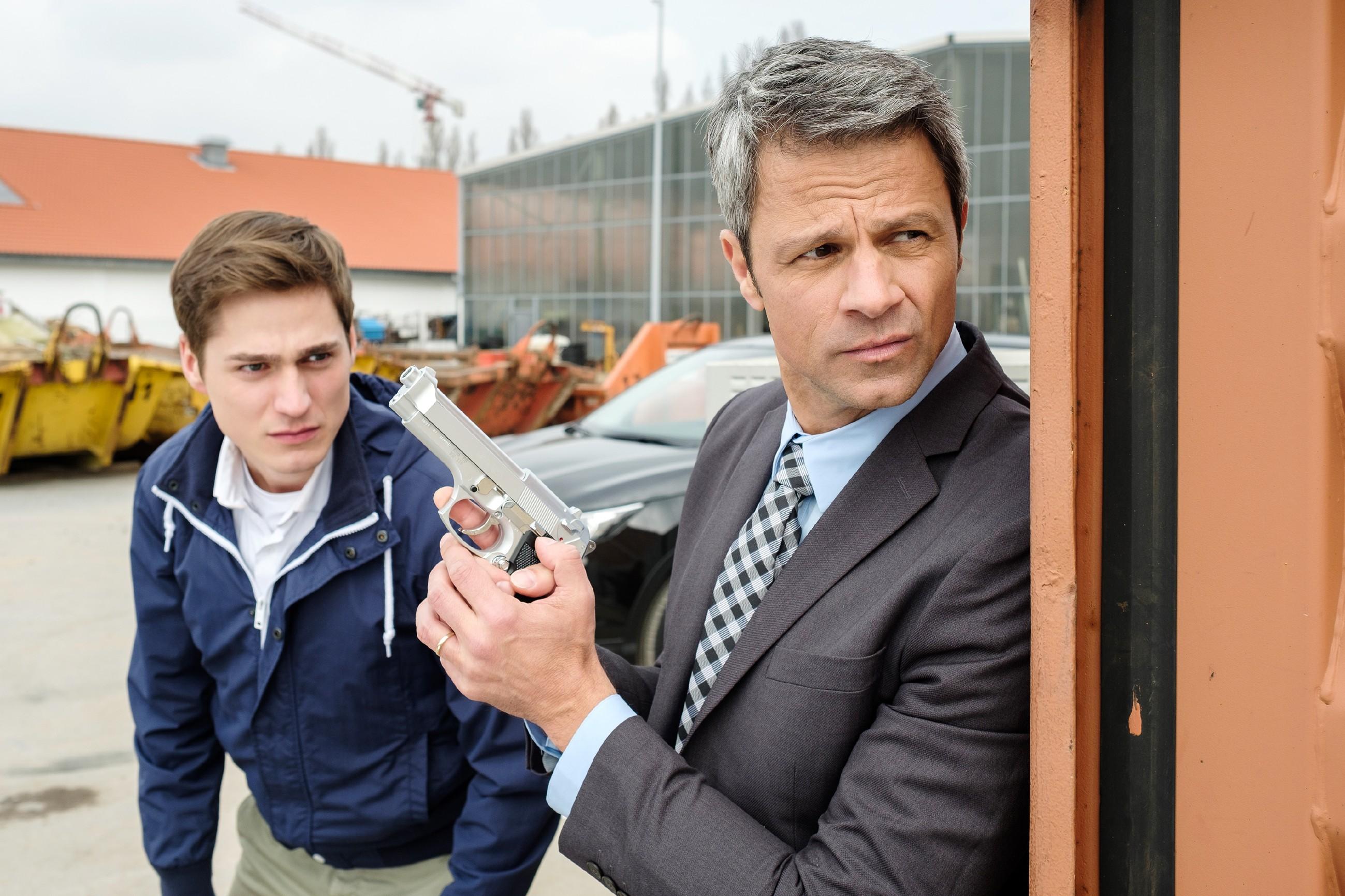 Benedikt (Jens Hajek, r.) und Ringo (Timothy Boldt) erkennen erschrocken, dass Langer den Kronzeugen Kurz schon überwältigt hat... (Quelle: RTL / Stefan Behrens)
