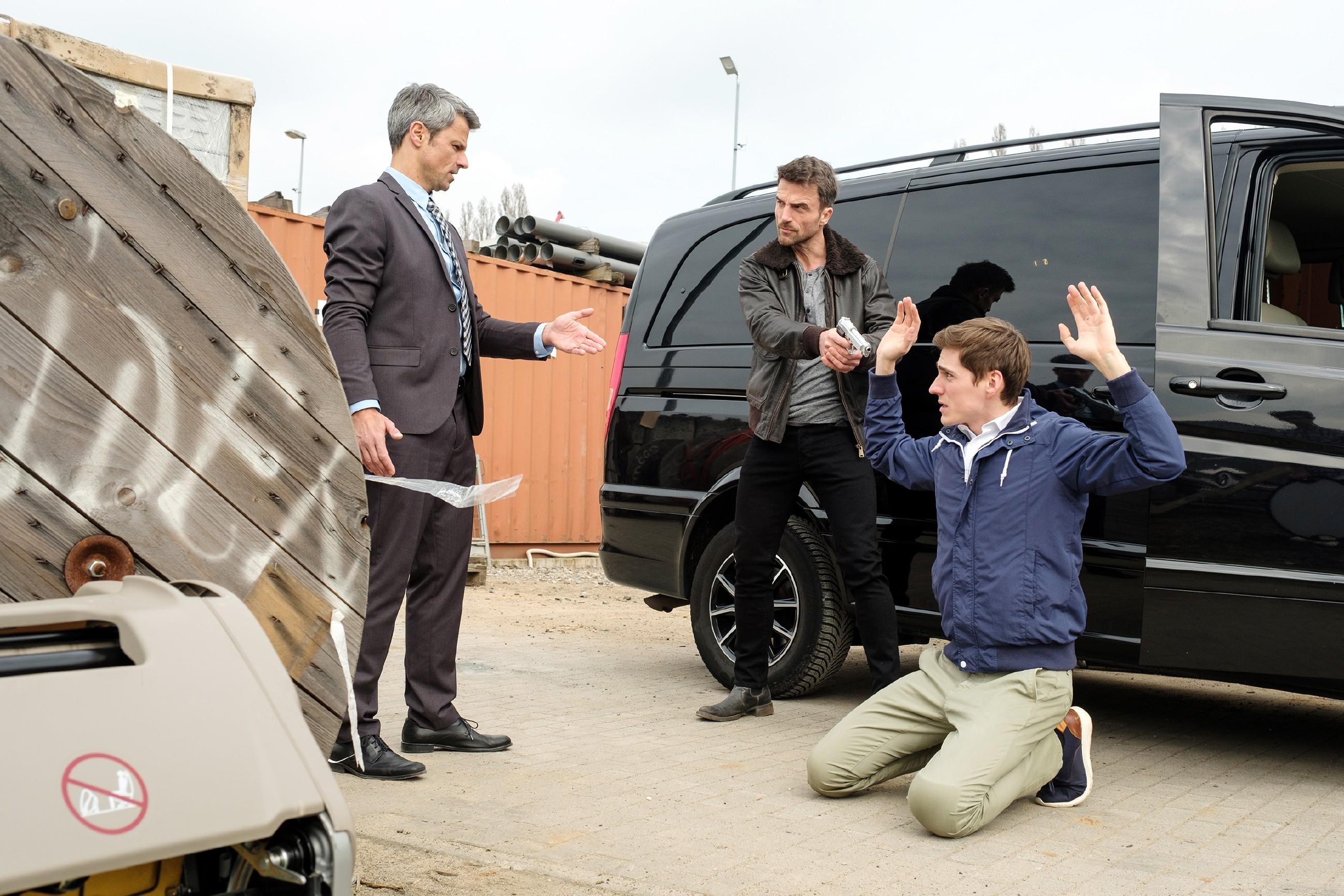 Benedikt (Jens Hajek, l.) und Ringo (Timothy Boldt, r.) geraten in eine gefährliche Situation, als Langer (Robert Ritter) droht, sie zu erschießen... (Quelle: RTL / Stefan Behrens)