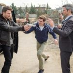 Benedikt (Jens Hajek, r.) und Ringo (Timothy Boldt, M.) geraten in eine gefährliche Situation, als Langer (Robert Ritter) die Waffe auf sie richtet... (Quelle: RTL / Stefan Behrens)