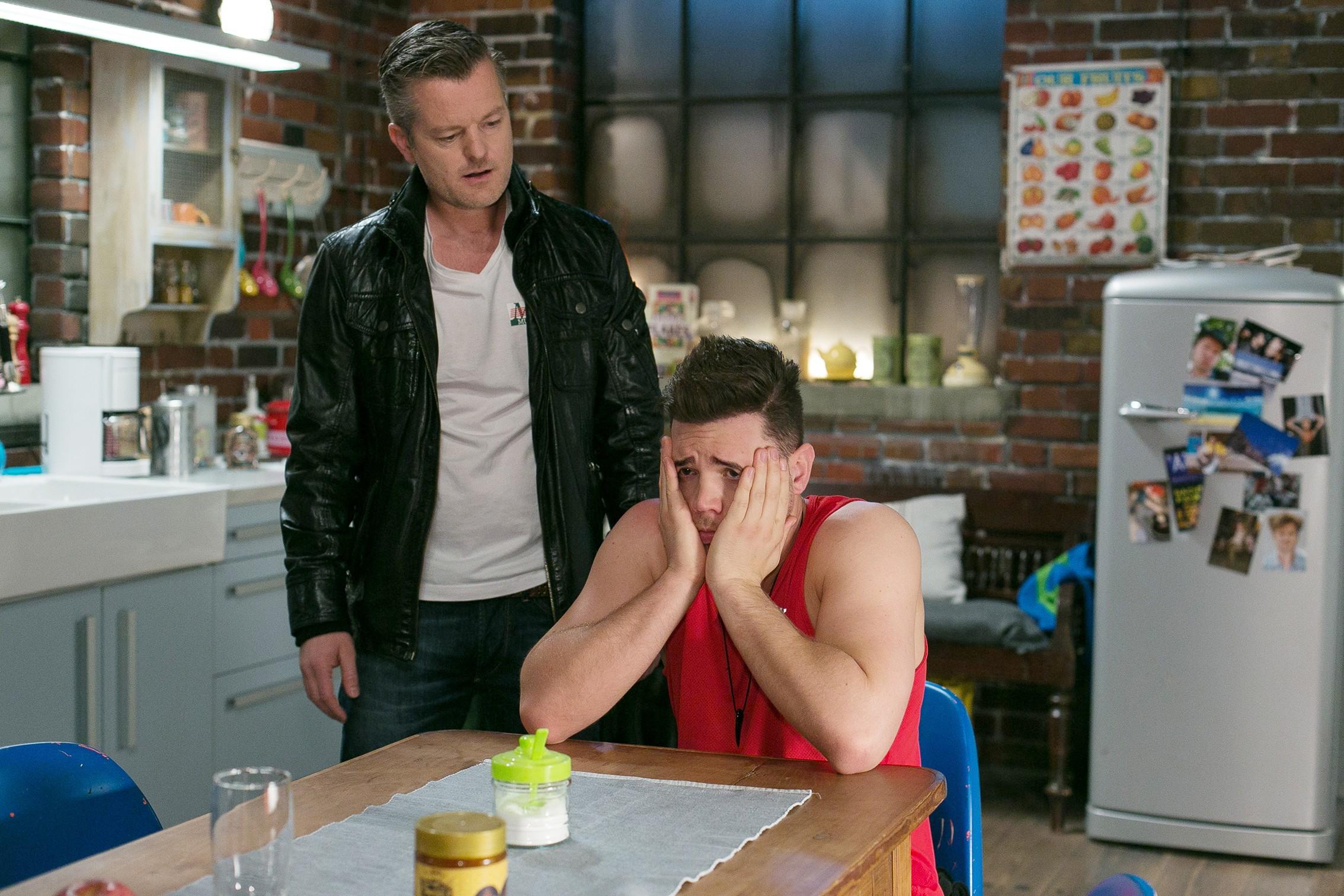 Ingo (André Dietz, l.) macht Ronny (Bela Klentze) schwere Vorwürfe, da er fürchtet, dass er mit Multifriends am Ende ist, weil die Versicherung für den Einbruchsschaden nicht aufkommt. (Quelle: RTL / Kai Schulz)
