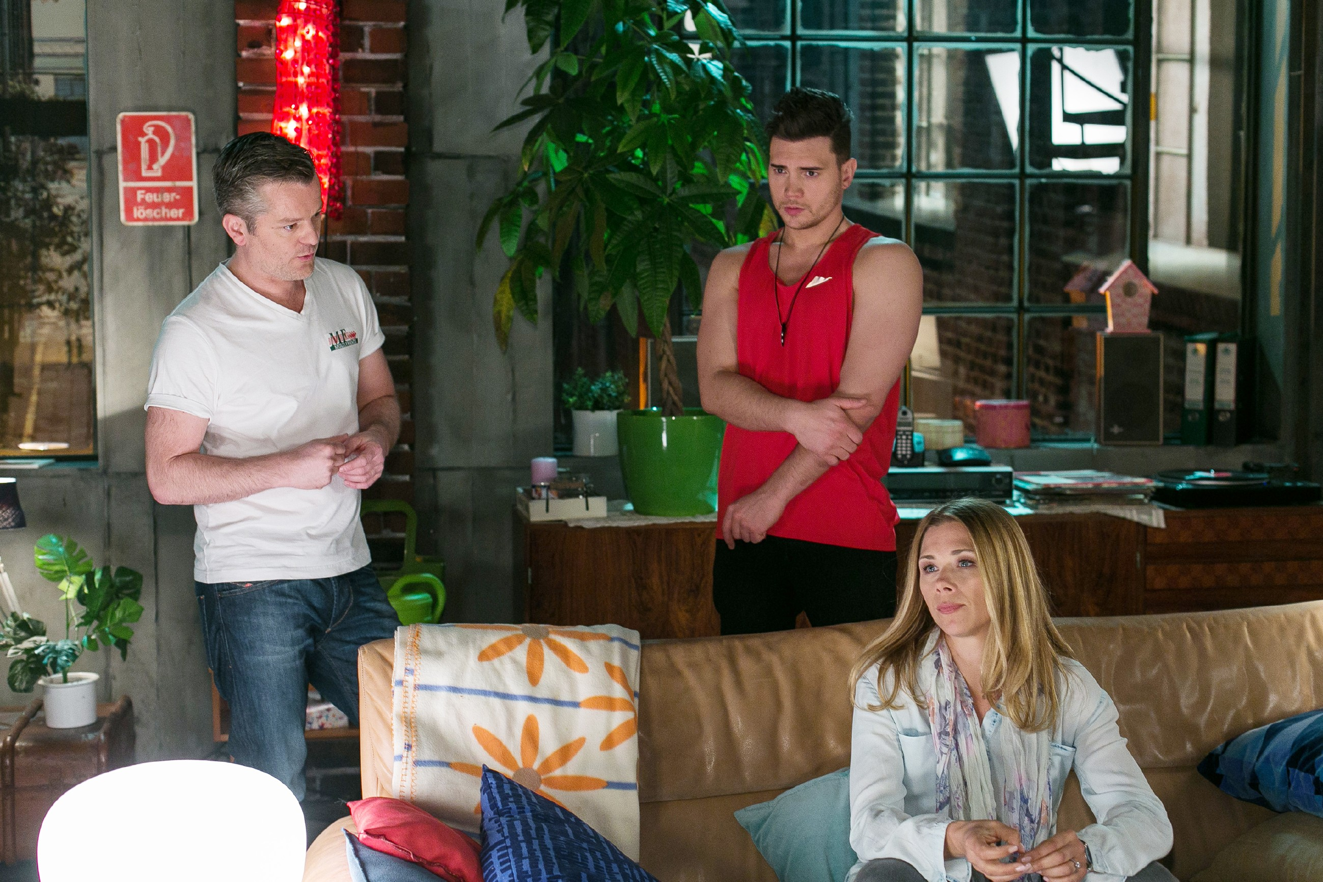 Während Ingo (André Dietz, l.) und Diana (Tanja Szewczenko) sich sorgen, dass 'Multifriends' finanziell am Ende ist, sucht Ronny (Bela Klentze) nach einem Weg, seinen Fehler wieder gutzumachen. (Quelle: RTL / Kai Schulz)
