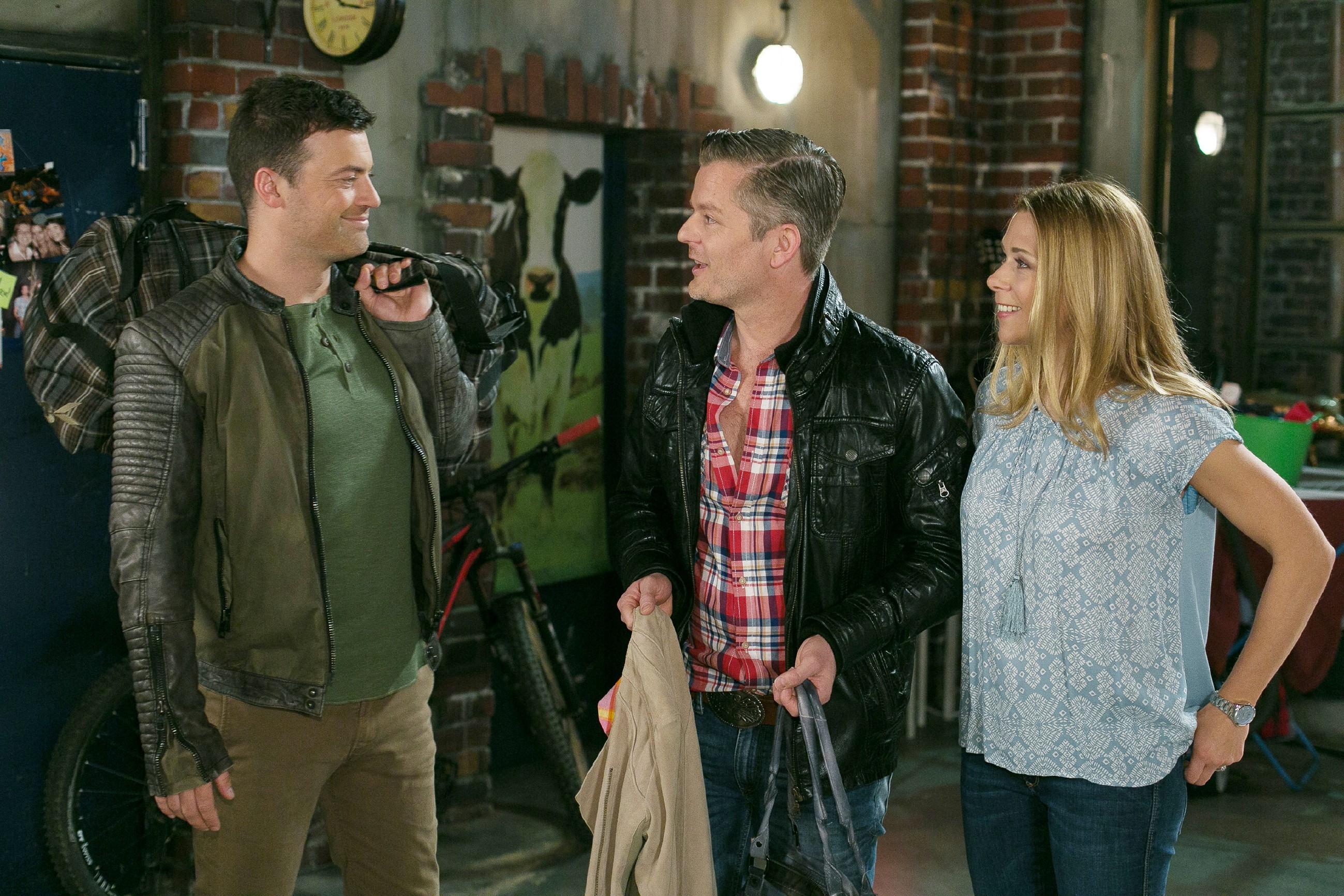 Ingo (André Dietz, M.) und Diana (Tanja Szewczenko) treffen auf Ben (Jörg Rohde), der zurückgekommen ist, um Carmen noch eine Chance zu geben. (Quelle: RTL / Kai Schulz)