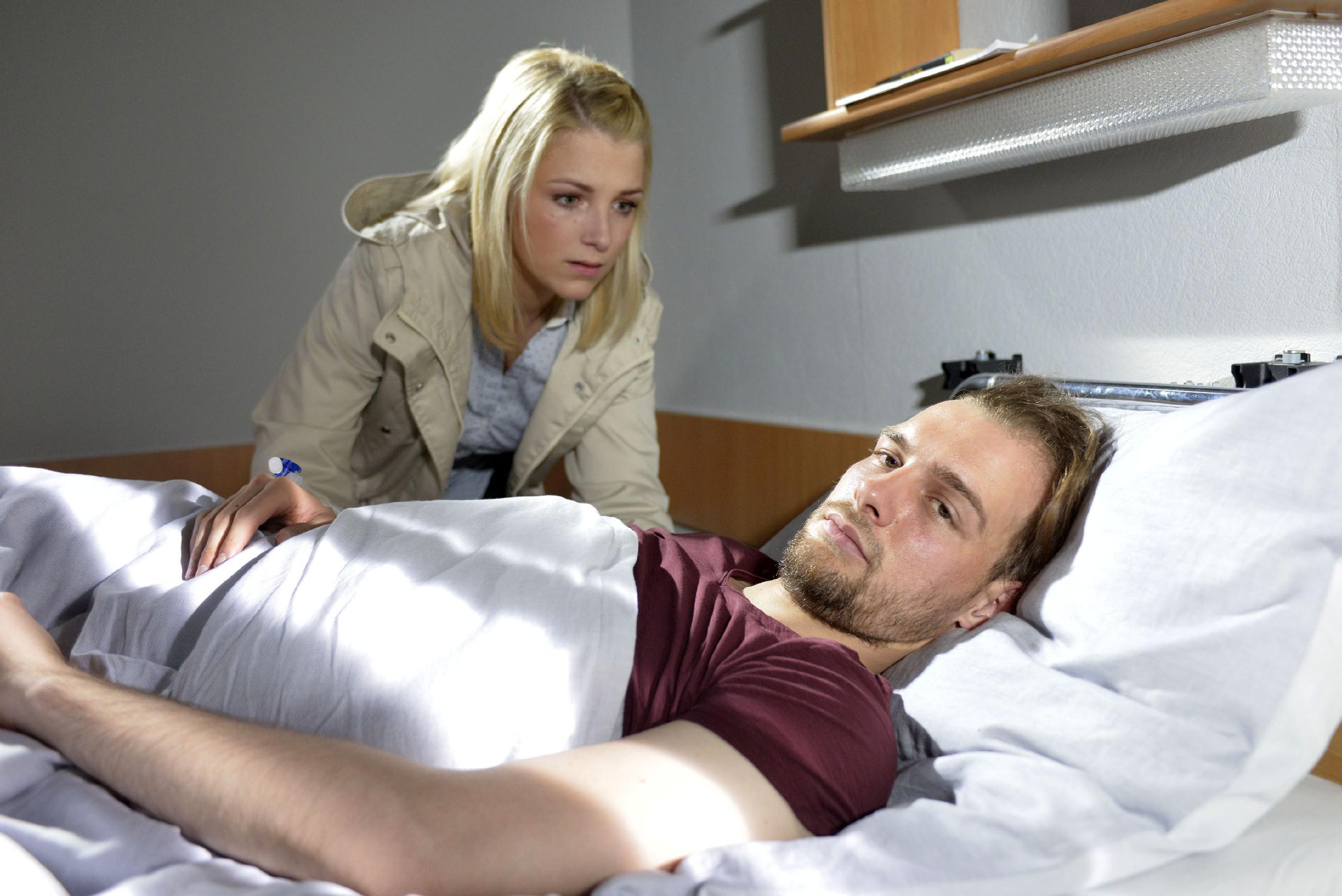Lilly (Iris Mareike Steen) hat nicht eher aufgegeben, bis sich eine Gelegenheit ergibt, selbst mit Chris (Eric Stehfest) zu sprechen... (Quelle: RTL / Rolf Baumgartner)