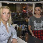 Anni (Linda Marlen Runge, r.) registriert, dass Lilly (Iris Mareike Steen) nach dem Treffen mit Felix misstrauisch geworden ist. (Quelle: RTL / Rolf Baumgartner)
