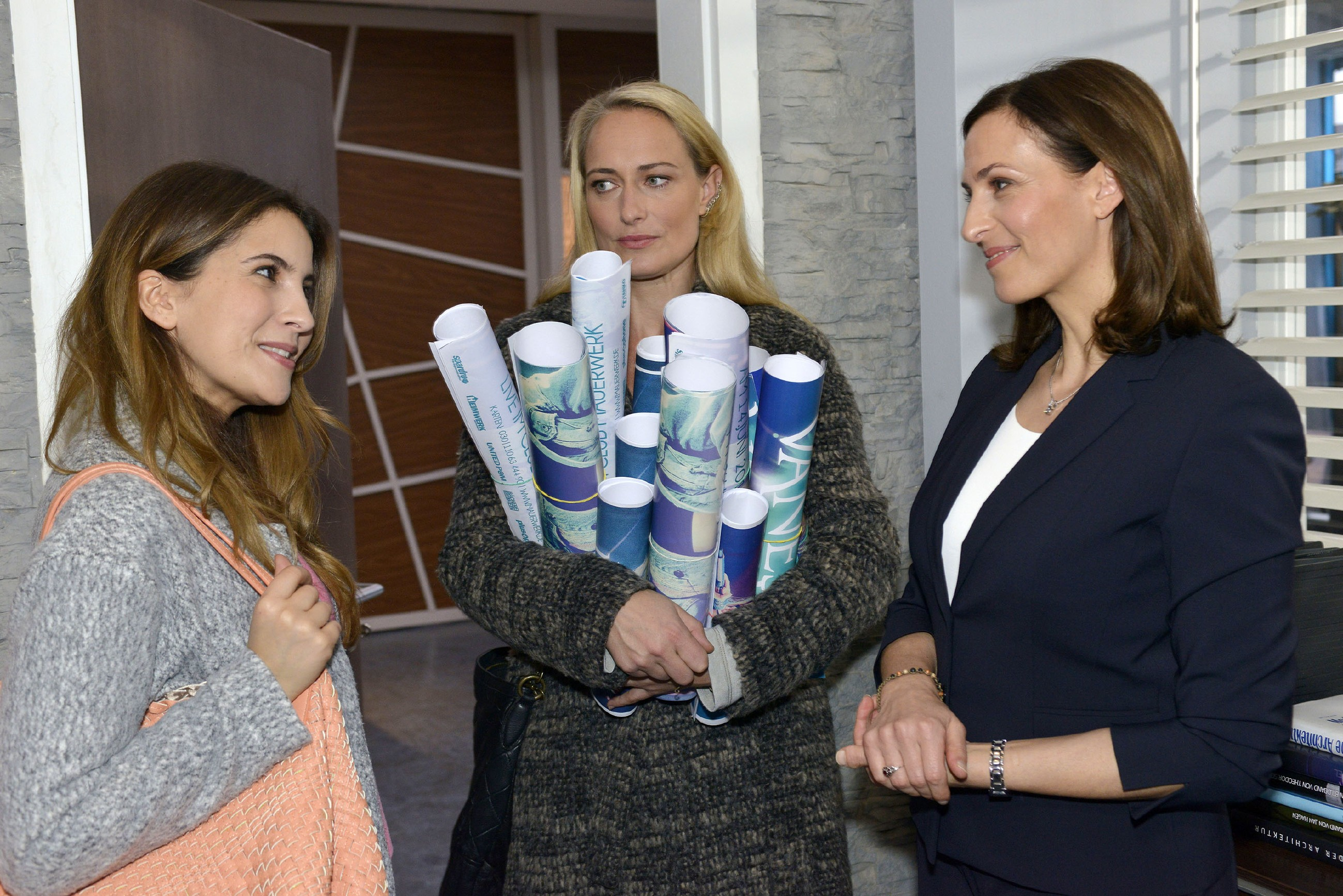 Während Katrin (Ulrike Frank, r.) sich über das von Laura (Chryssanti Kavazi, l.) geschenkte Armband freut, weckt genau dieses Marens (Eva Mona Rodekirchen) Misstrauen... (Quelle: RTL / Rolf Baumgartner)