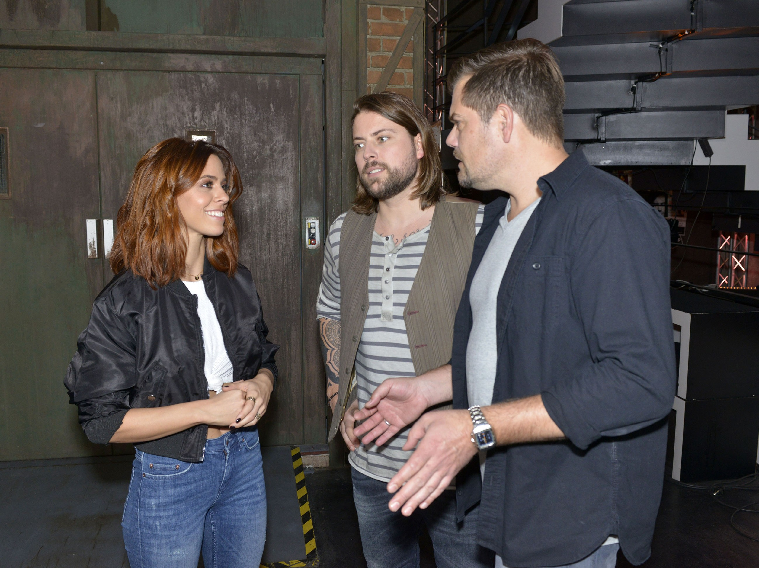 John (Felix von Jascheroff, M.) und Leon (Daniel Fehlow) stellen erleichtert fest, dass die Sängerin Vanessa Mai ganz cool auf die Panne im Mauerwerk reagiert. (Quelle: RTL / Rolf Baumgartner)