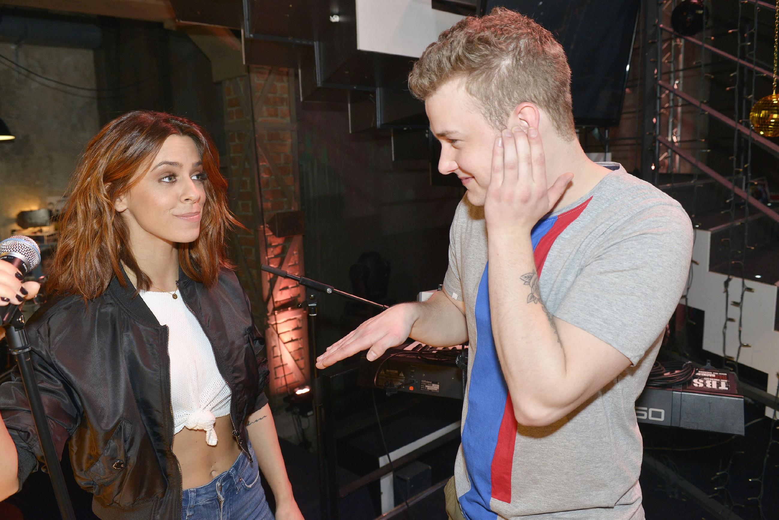 Jonas (Felix van Deventer) ist total aufgeregt, als er die Sängerin Vanessa Mai kennenlernt. (Quelle: RTL / Rolf Baumgartner)