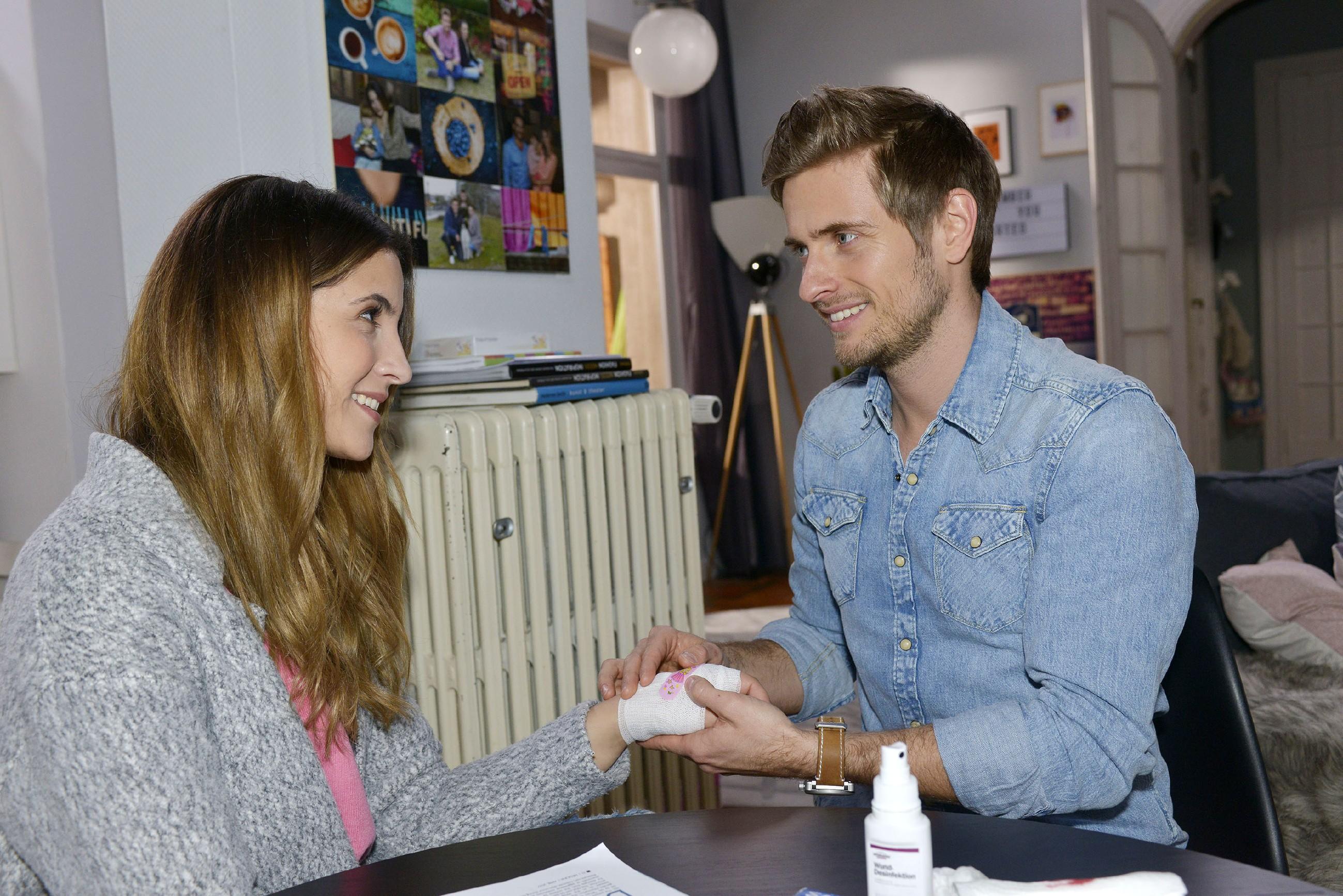 Laura (Chryssanti Kavazi) lässt sich von Philip (Jörn Schlönvoigt) verarzten. (Quelle: RTL / Rolf Baumgartner)