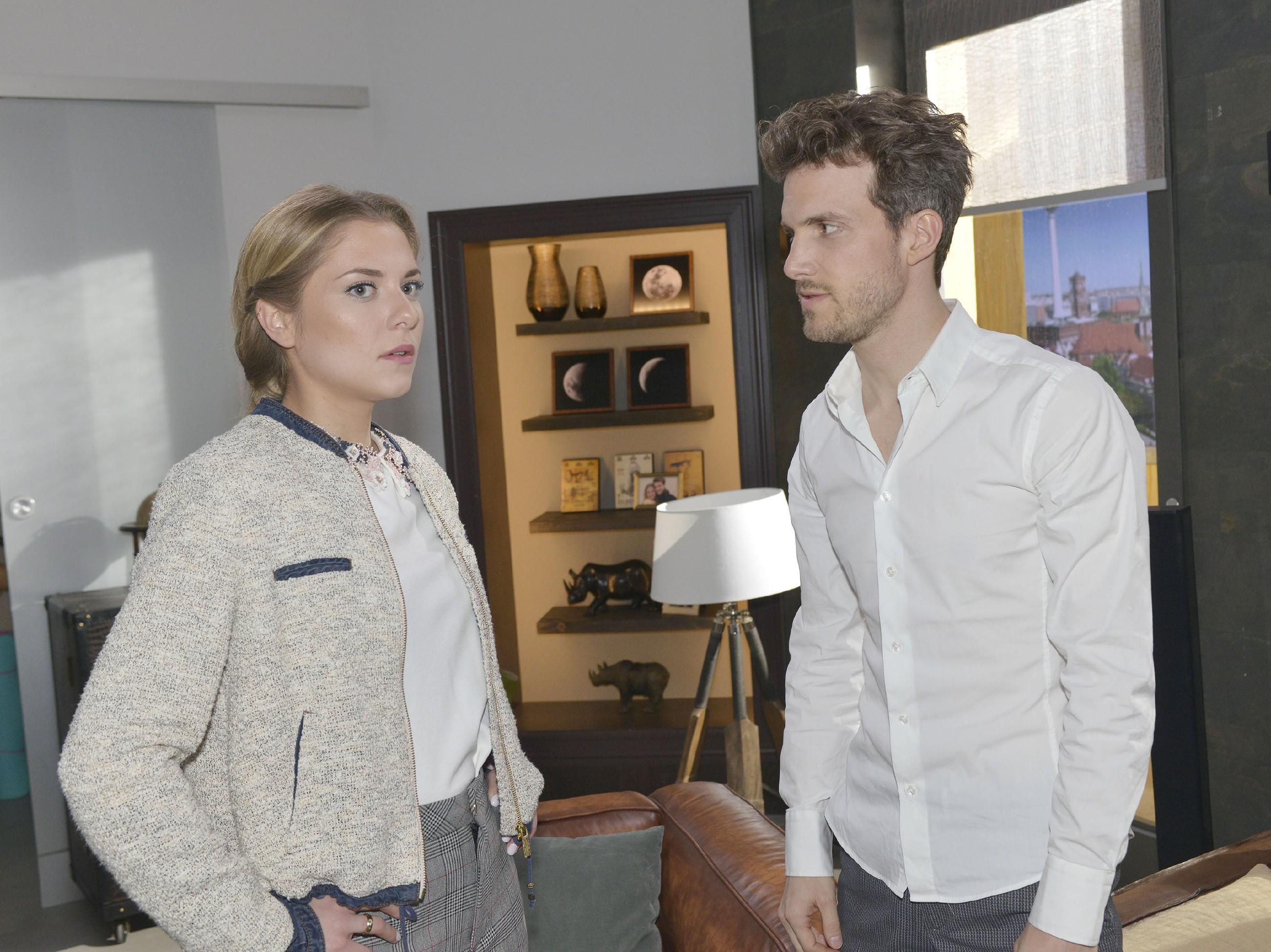 Nachdem Felix (Thaddäus Meilinger) ausgerastet ist, entschuldigt er sich aufrichtig bei Sunny (Valentina Pahde). Doch die fragt sich, warum Felix so heftig auf ihre Fragen reagiert hat... (Quelle: RTL / Rolf Baumgartner)