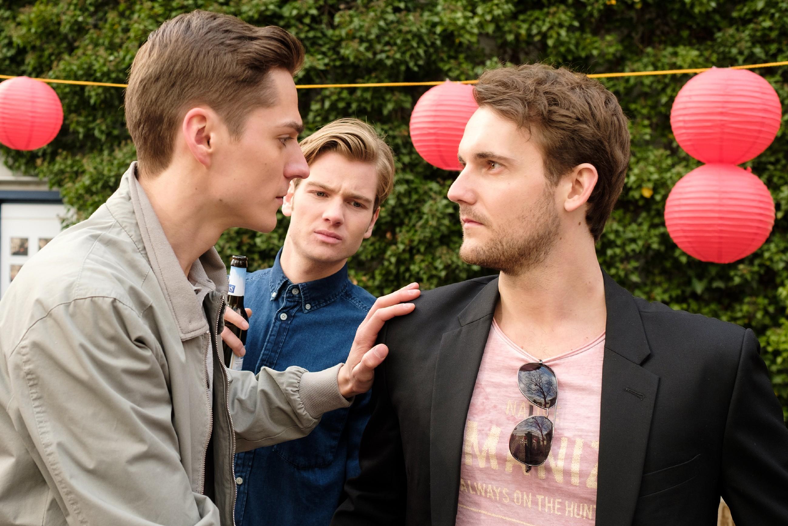 Ringo (Timothy Boldt, l.) will vergeblich verhindern, dass Valentin (Aaron Koszuta, M.) eine Dummheit macht... (r. Komparse) (Quelle: RTL / Stefan Behrens)