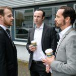 Tobias (Patrick Müller, l.) setzt sich kämpferisch für KayC ein und sucht im Beisein von Pascal Bremer (Markus Andreas Klauk, r.) das Gespräch mit Ingo Kamp (Mel Jamini). (Quelle: RTL / Stefan Behrens)