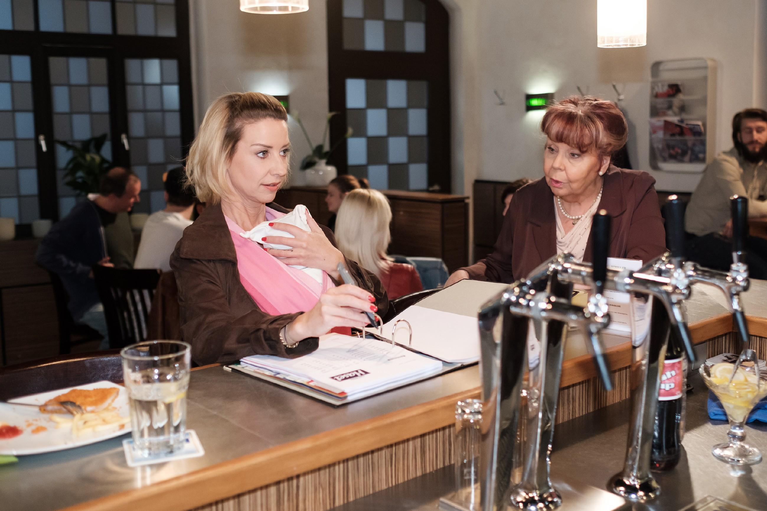 Ute (Isabell Hertel, l.) vertraut auf die zaghaften Muttergefühle für Maja und lässt Roswithas (Andrea Brix) Kritik an ihrem Lebensstil selbstbewusst an sich abprallen. (Quelle: RTL / Stefan Behrens)