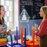 Carmen (Heike Warmuth, l.) vertraut ihrer Angestellten Leandra (Leandra Fili) an, dass sie Ben gegenüber ein schlechtes Gewissen hat. (Quelle: RTL / Willi Weber)
